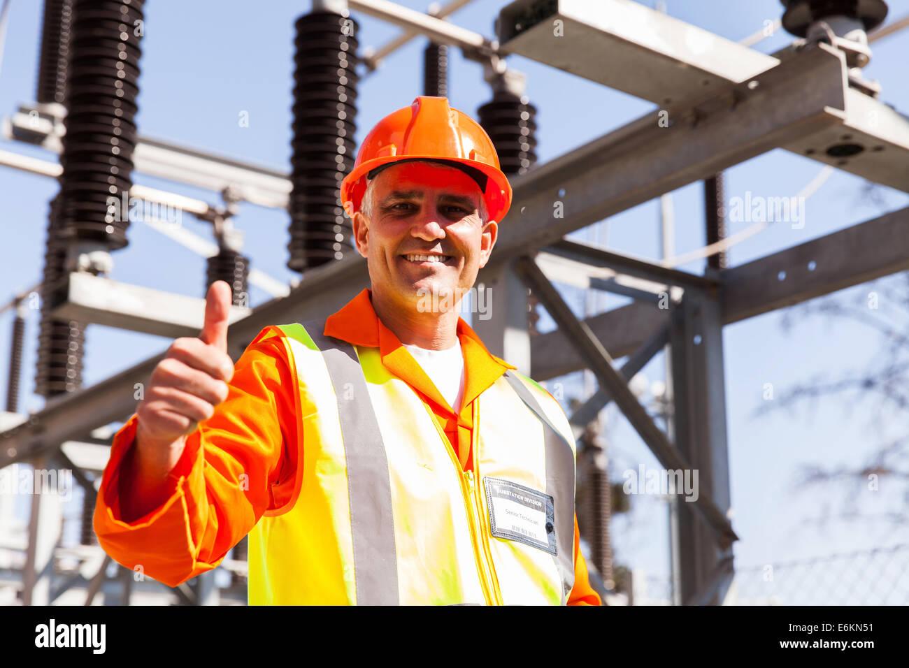 mittleren Alter männlichen Elektro Ingenieur im Elektrizitätswerk Stockbild