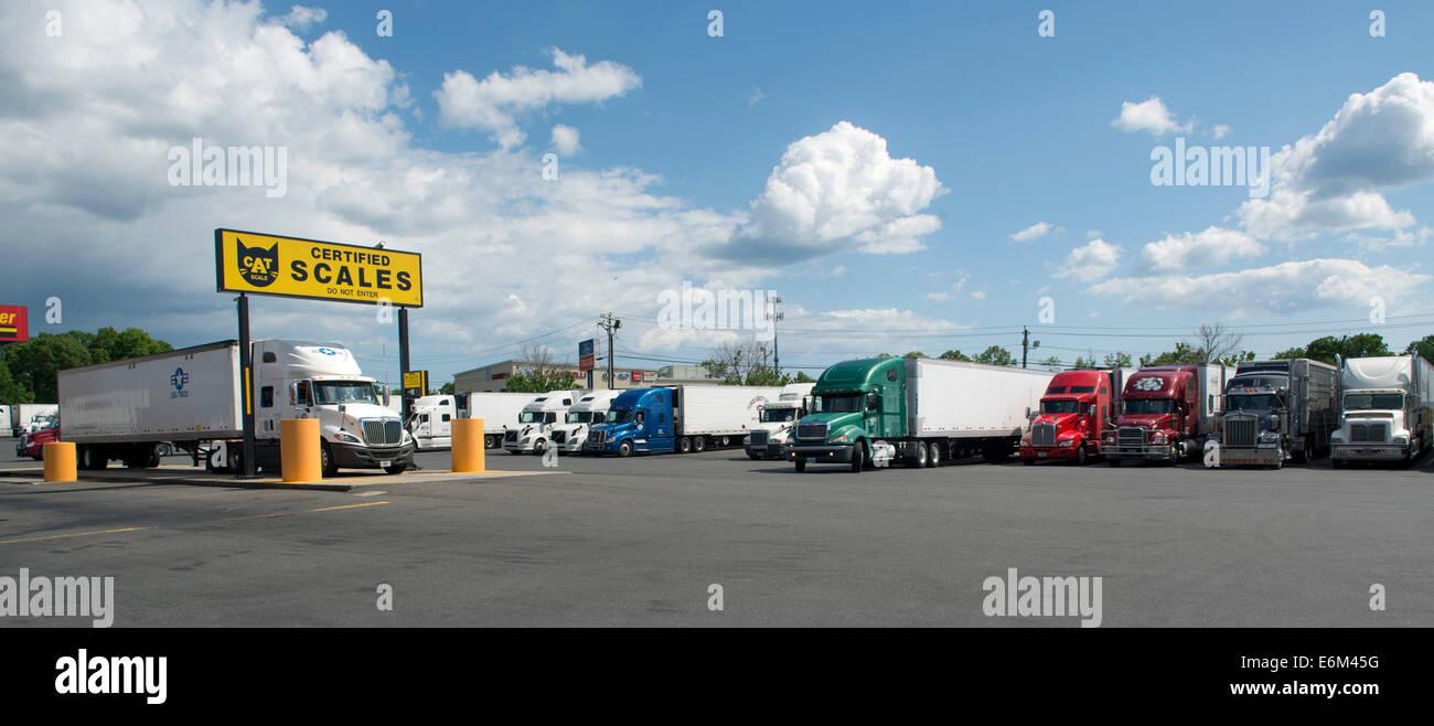 LKW-Waagen an Pilot Travel Centers Truck Stop, Milford, CT. Stockbild