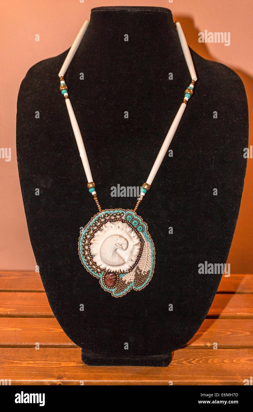 Perle und geschnitzten Hirschgeweih Anhänger zum Verkauf an Tatanka Boutique, Regina, Saskatchewan, Kanada. Stockbild
