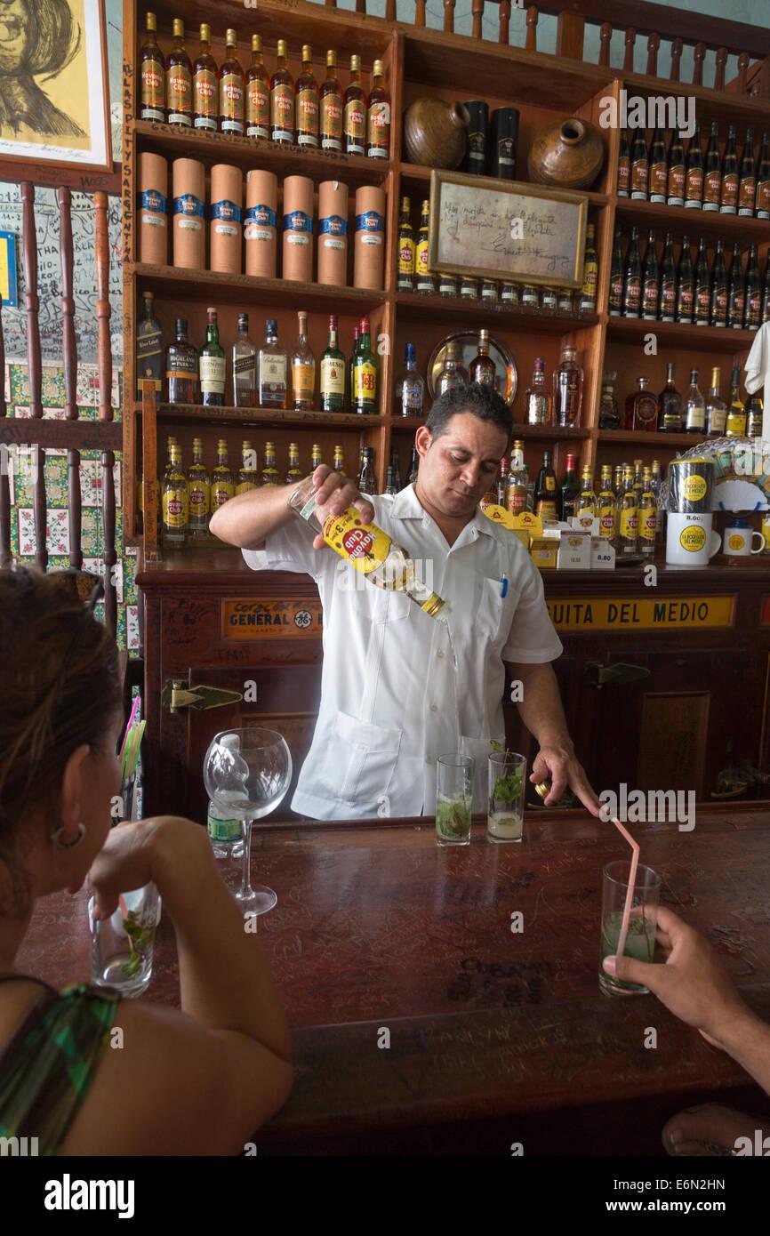 Barmann Vorbereitung Mojitos, La Bodeguita del Medio Bar, Havanna, Kuba Stockbild