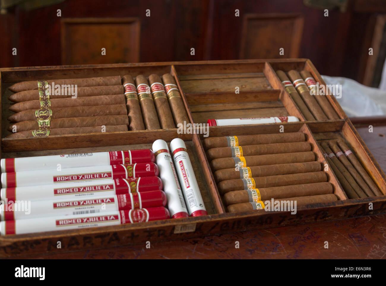 Stapel von Zigarren zu verkaufen, La Bodeguita del Medio Bar, Havanna, Kuba Stockbild
