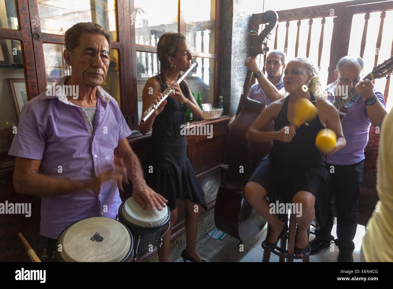 Musikern in La Bodeguita del Medio Bar, Havanna, Kuba Stockbild