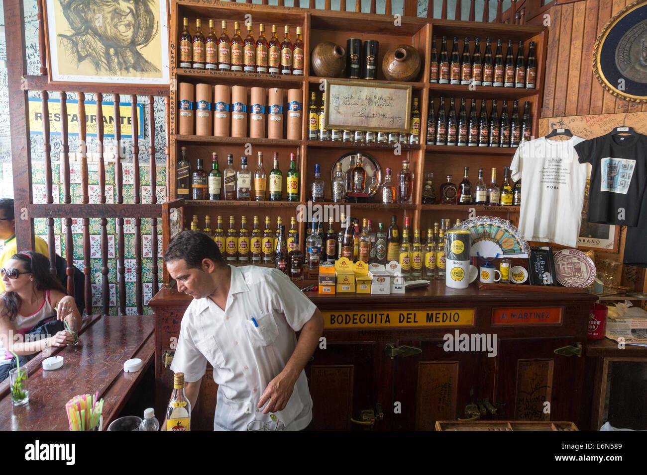 Barkeeper servieren bei La Bodeguita del Medio Bar, Havanna, Kuba Stockbild