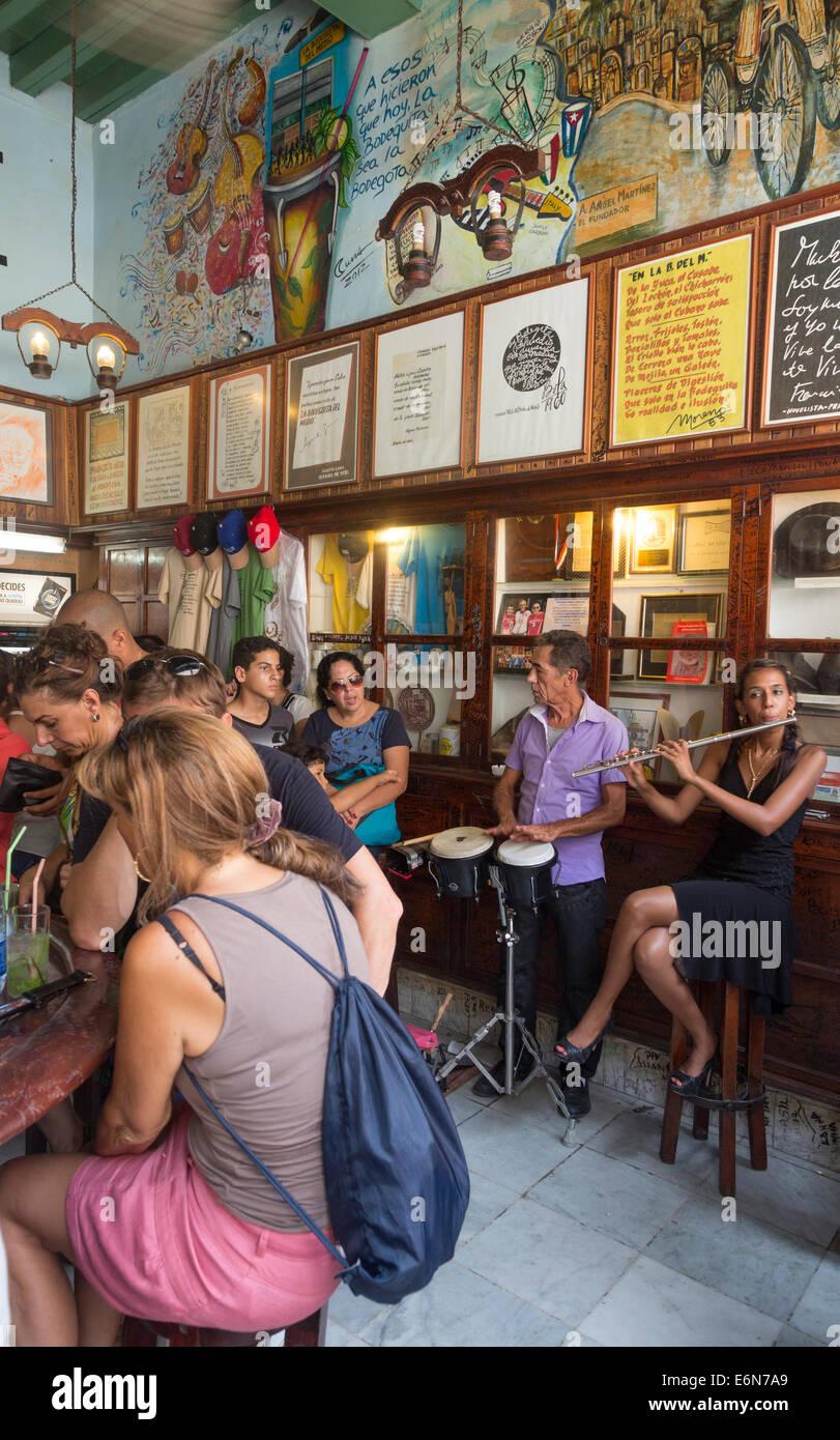 Kunden und Musiker in La Bodeguita del Medio Bar, Havanna, Kuba Stockbild