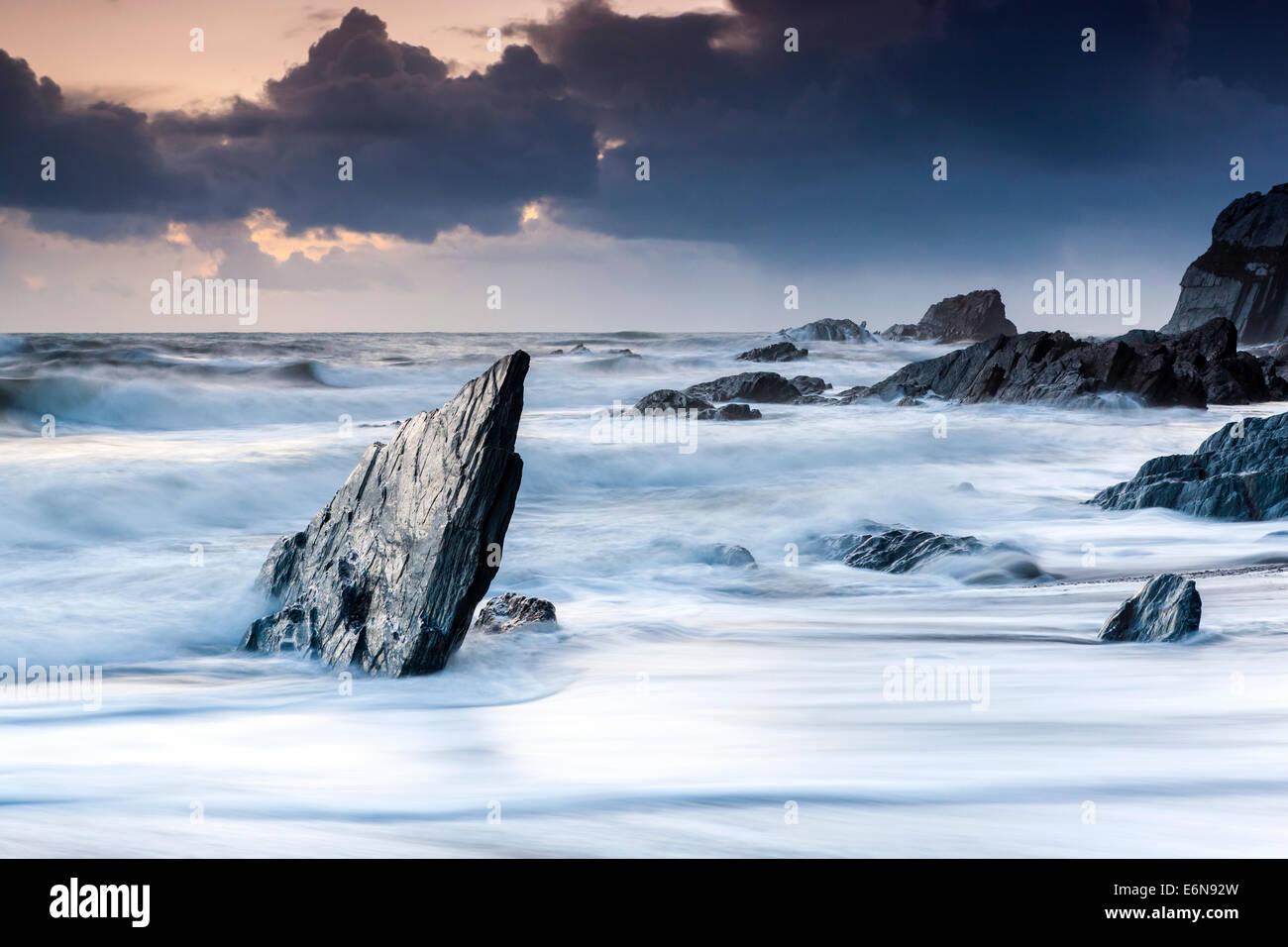 Felsenküste am Ayrmer Cove in South Hams, South Devon, England, Vereinigtes Königreich, Europa. Stockbild