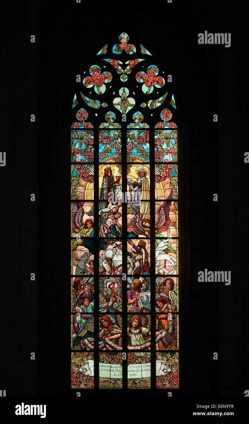 St.-Wenzels und der Jungfrau Maria. Glasfenster in der Kirche St. Barbara in Kutná Hora, Tschechische Republik. Stockfoto