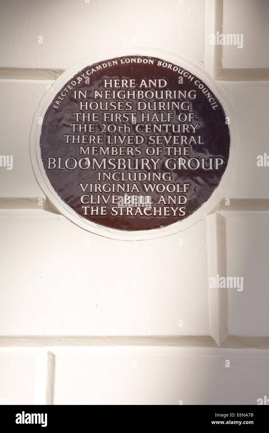 Eine keramische Tafel 50 Gordon Square in Camden, die Heimat für mehrere Mitglieder der Bloomsbury Gruppe einschließlich Virginia Woolf. London, England. Stockfoto
