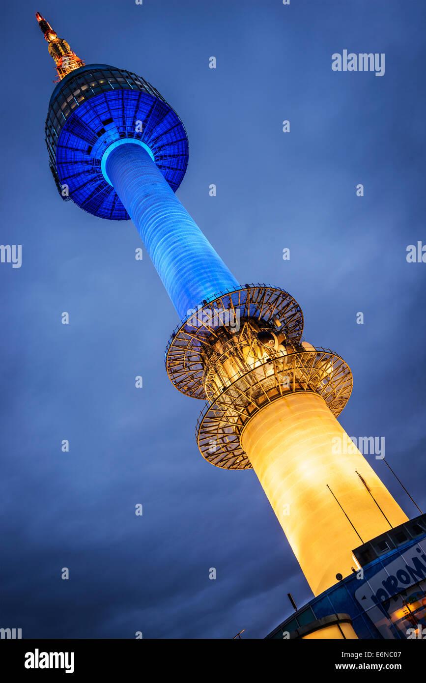 SEOUL - 17. Februar: N Seoul Tower 17. Februar 2013 in Seoul, KR. Es markiert den höchsten Punkt in Seoul. Stockfoto