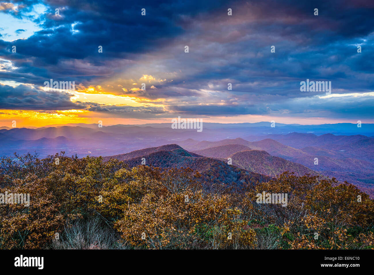 Blue Ridge Mountains in North Georgia, USA in der Herbstsaison bei Sonnenuntergang. Stockfoto