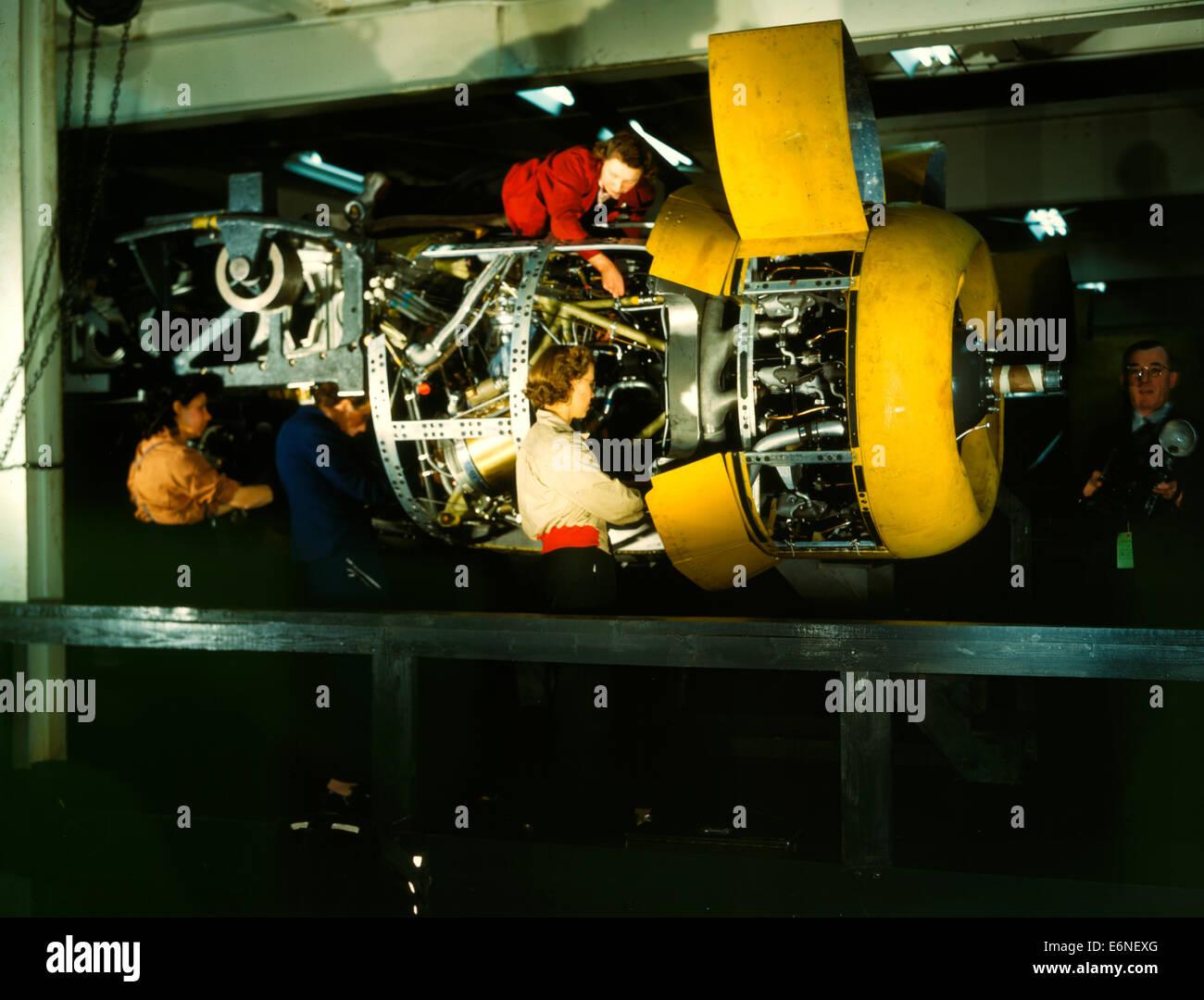 Installation eines 4 Motoren auf der Transportebene bei Willow Run. Das Foto zeigt die Willow Run Produktionsstätte, Stockbild