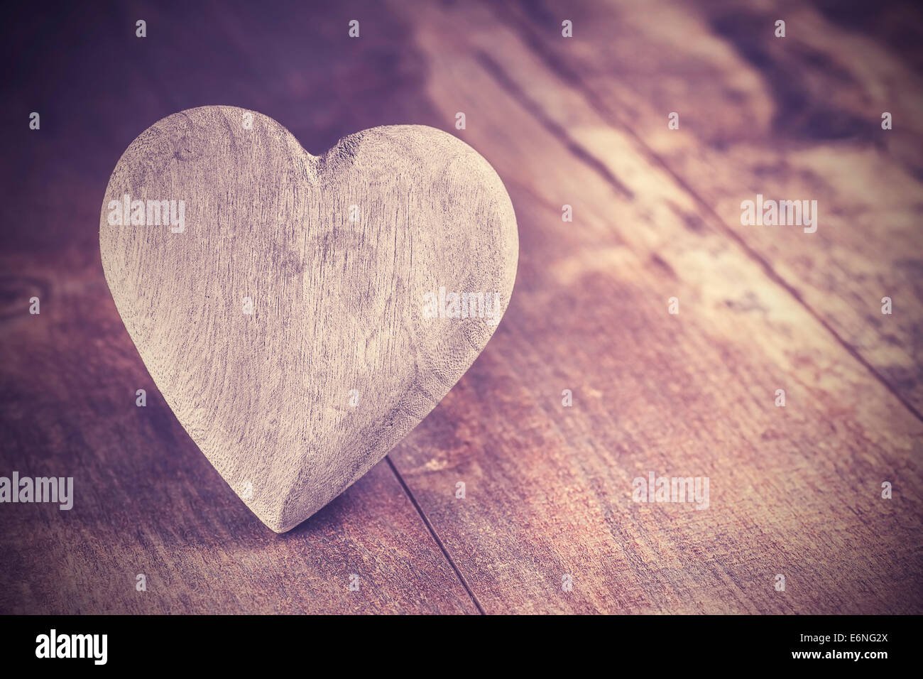 Vintage-Stil Herz auf rustikalen hölzernen Hintergrund, Textfreiraum. Stockbild