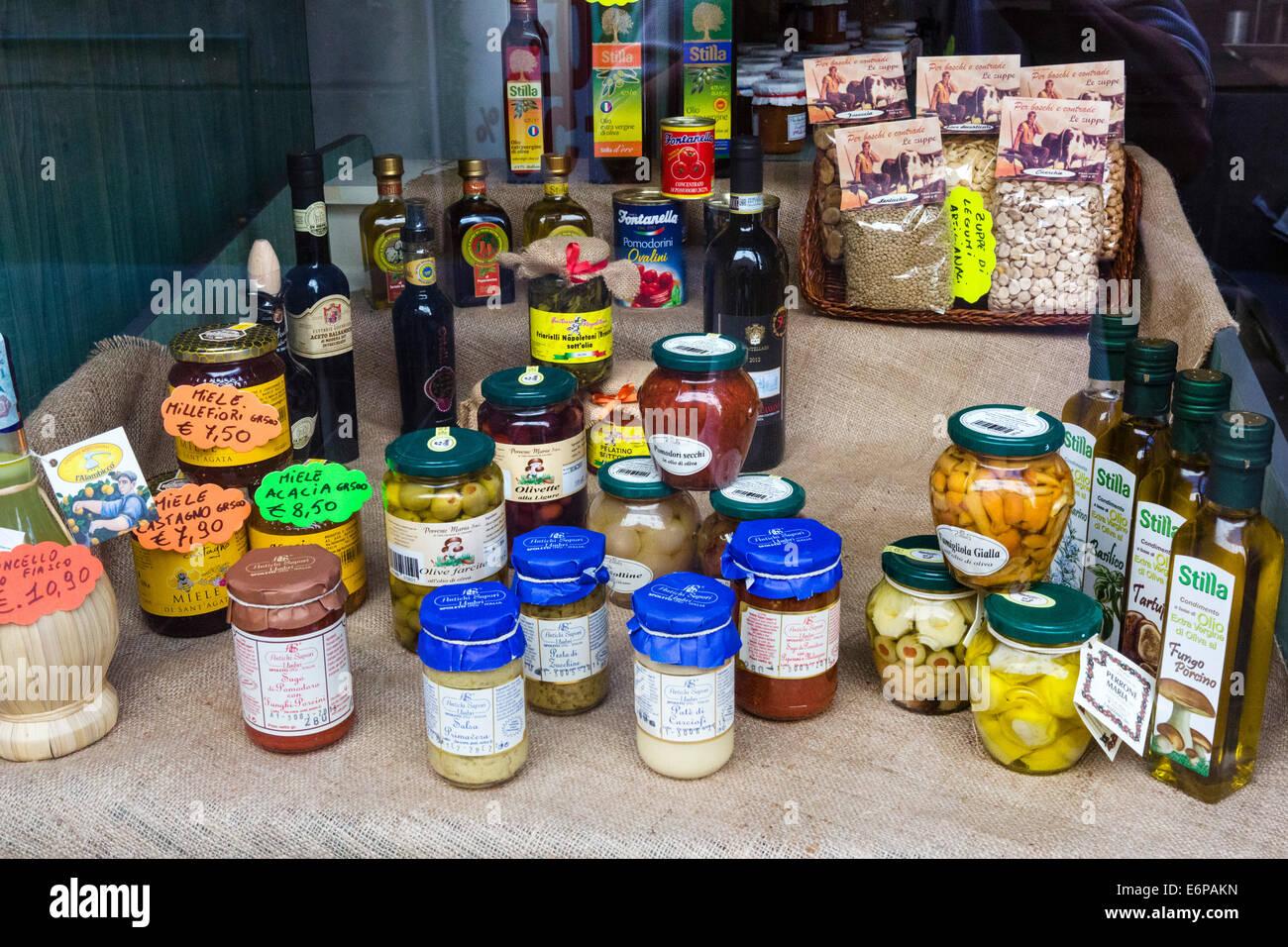 Regionale Spezialitäten in einem Feinkost Shop Wndow, Reggio Emilia, Emilia Romagna, Italien Stockbild