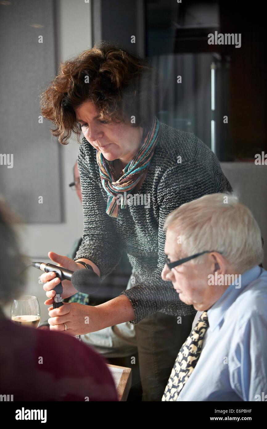 Richard Ingrams, Paul Bailey, Craig Brown, A N Wilson, Tallulah Brown, Eleanor Bron während einer Aufzeichnung Stockbild