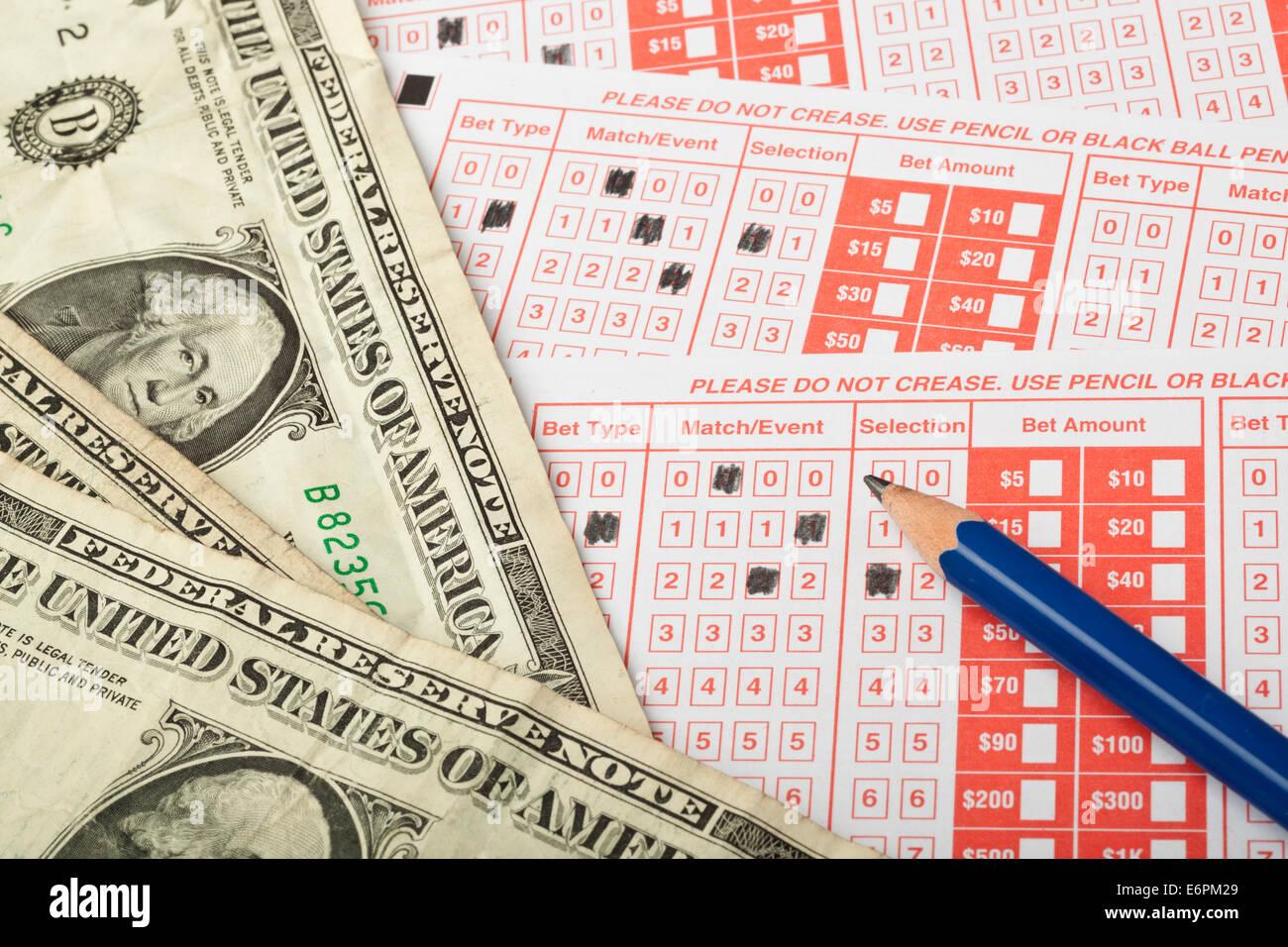 Nahaufnahme von Sportwetten Slip mit US-Geld Stockbild