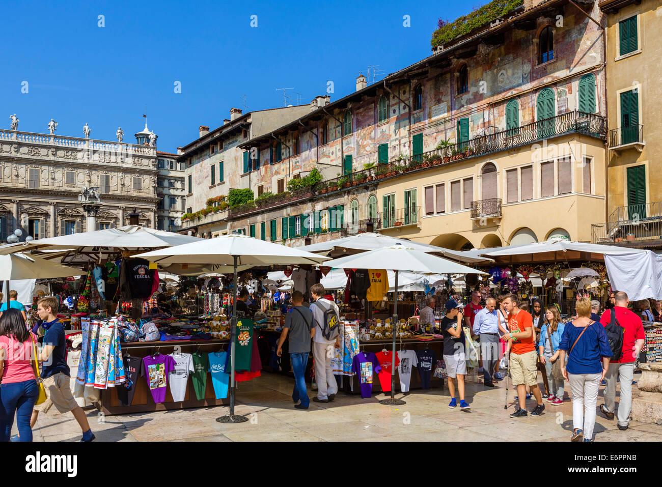 Marktstände auf der Piazza Delle Erbe, Verona, Veneto, Italien Stockbild