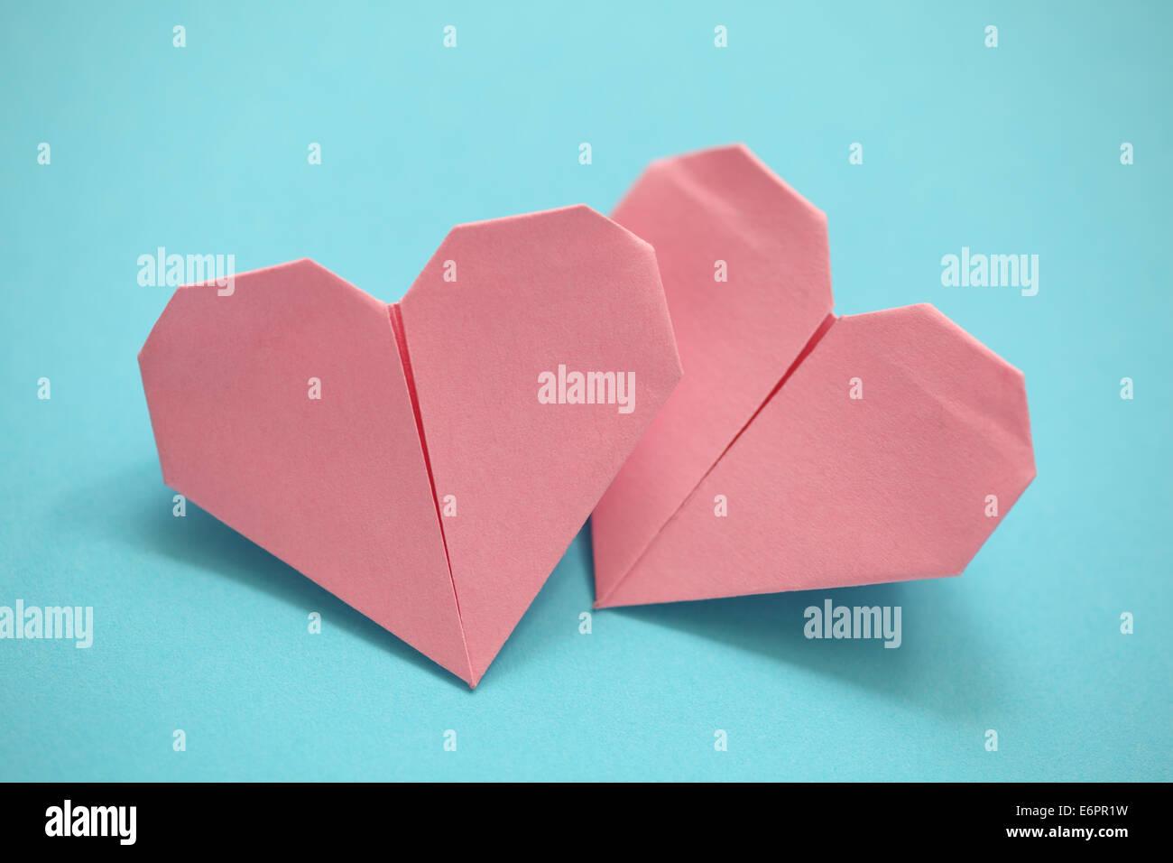Zwei Origami-Herz auf blauem Hintergrund. Close-up. Stockbild