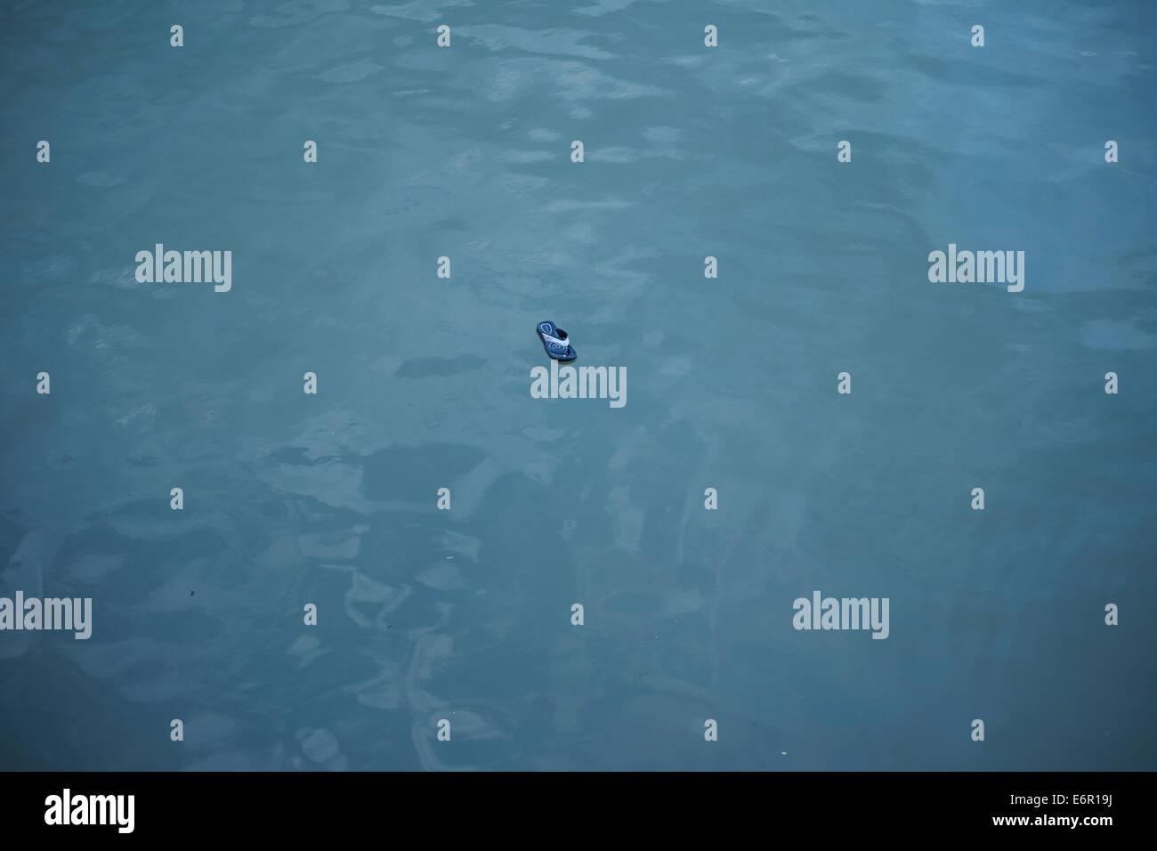 Thailand, Krabi Hafen verlor Flipflop schwimmt im Meer Stockbild