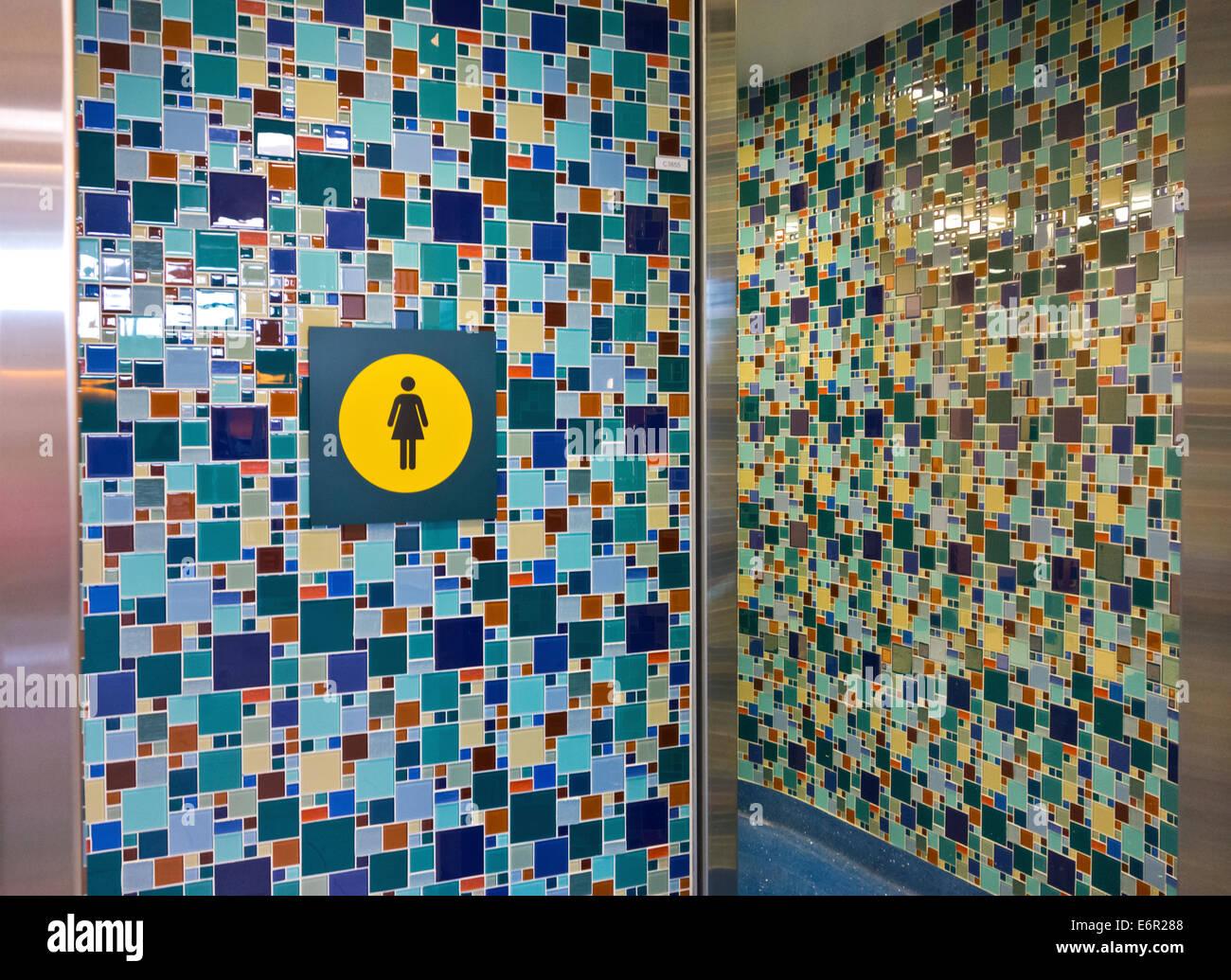 Bunte Fliesen Mosaik Muster An Wanden Der Eingang Zur Damentoilette