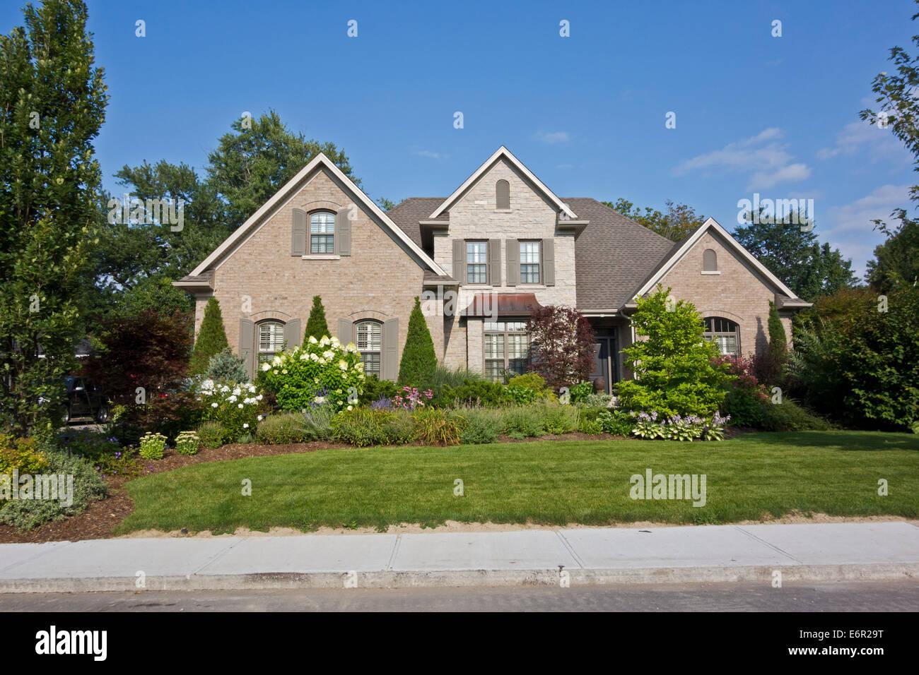Attraktive ältere und wohlhabenden Haus mit gepflegten Garten und Blumen in St. Catharines, Ontario, Kanada. Stockbild