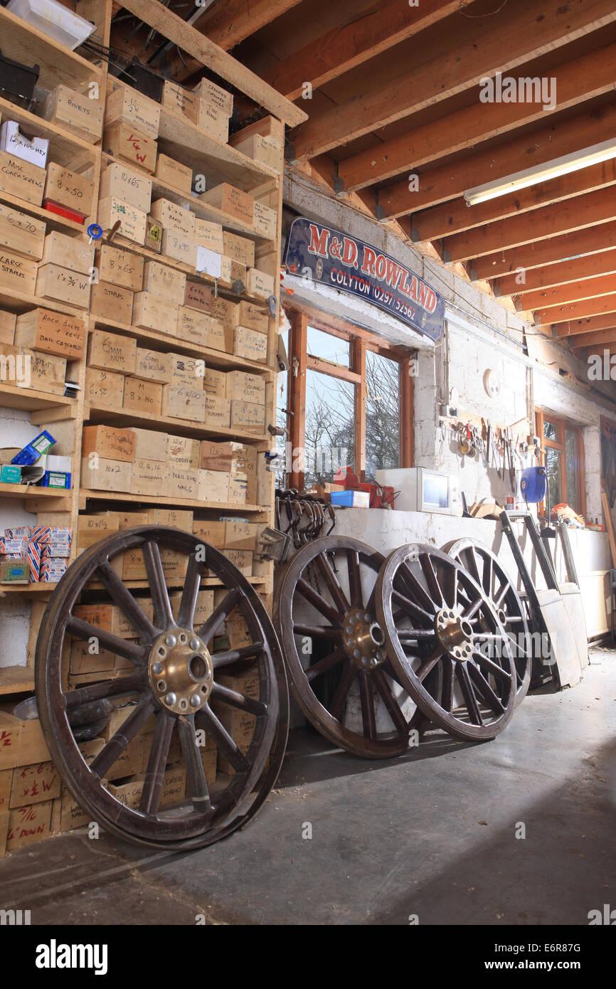 Traditionelle Stellmacher Greg Rowlands arbeitet an einem neuen Rad in seiner Werkstatt in Colyton Devon Stockbild