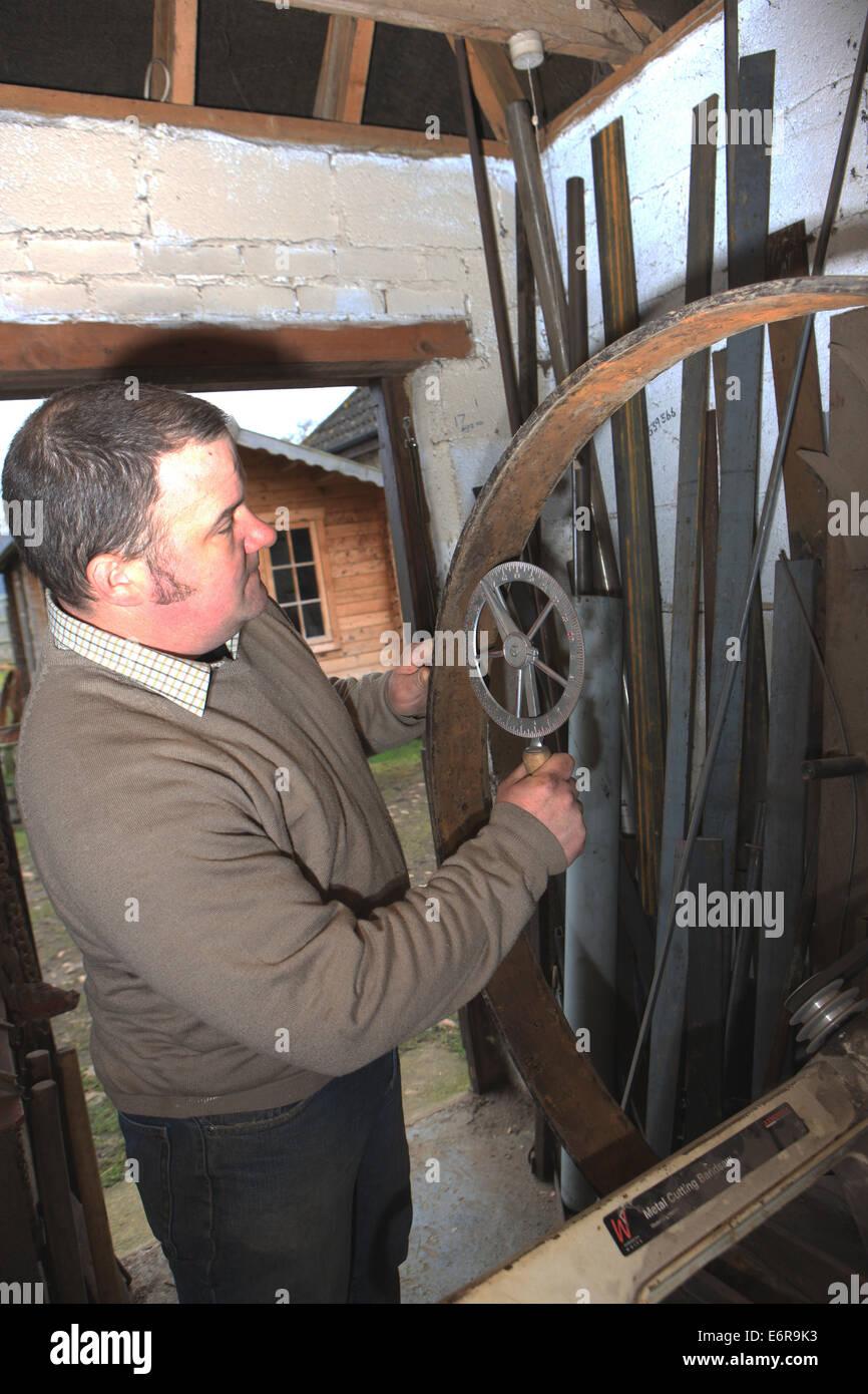 Traditionelle Stellmacher Greg Rowlands arbeitet an einem neuen Rad in seiner Werkstatt in Colyton Devon, mit einer Stockbild