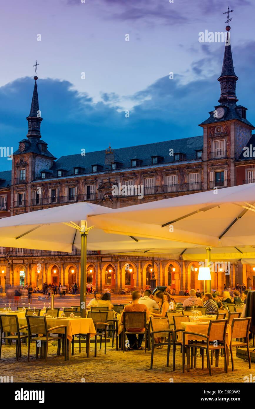 Outdoor-bar-Restaurant bei Dämmerung, Plaza Mayor, Madrid, Comunidad de Madrid, Spanien Stockfoto