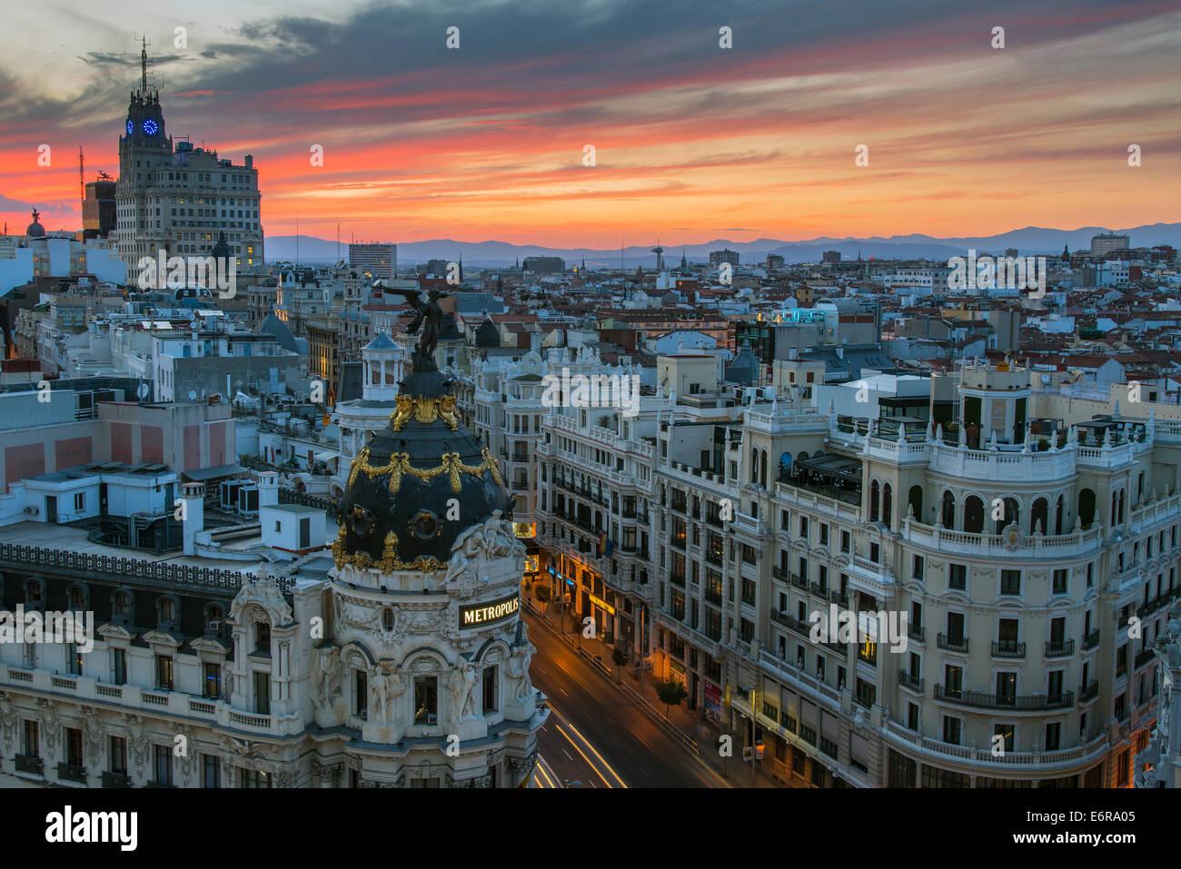 Skyline mit Metropolis Gebäude und Gran Via Street bei Sonnenuntergang, Madrid, Comunidad de Madrid, Spanien Stockbild