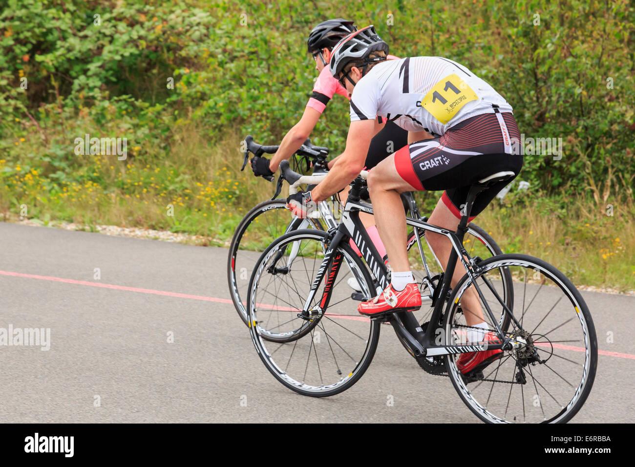 Zwei Männer in einem lokalen Bike-Rennen Rennen organisiert von British Cycling in Fowlmead Country Park, Deal, Stockbild
