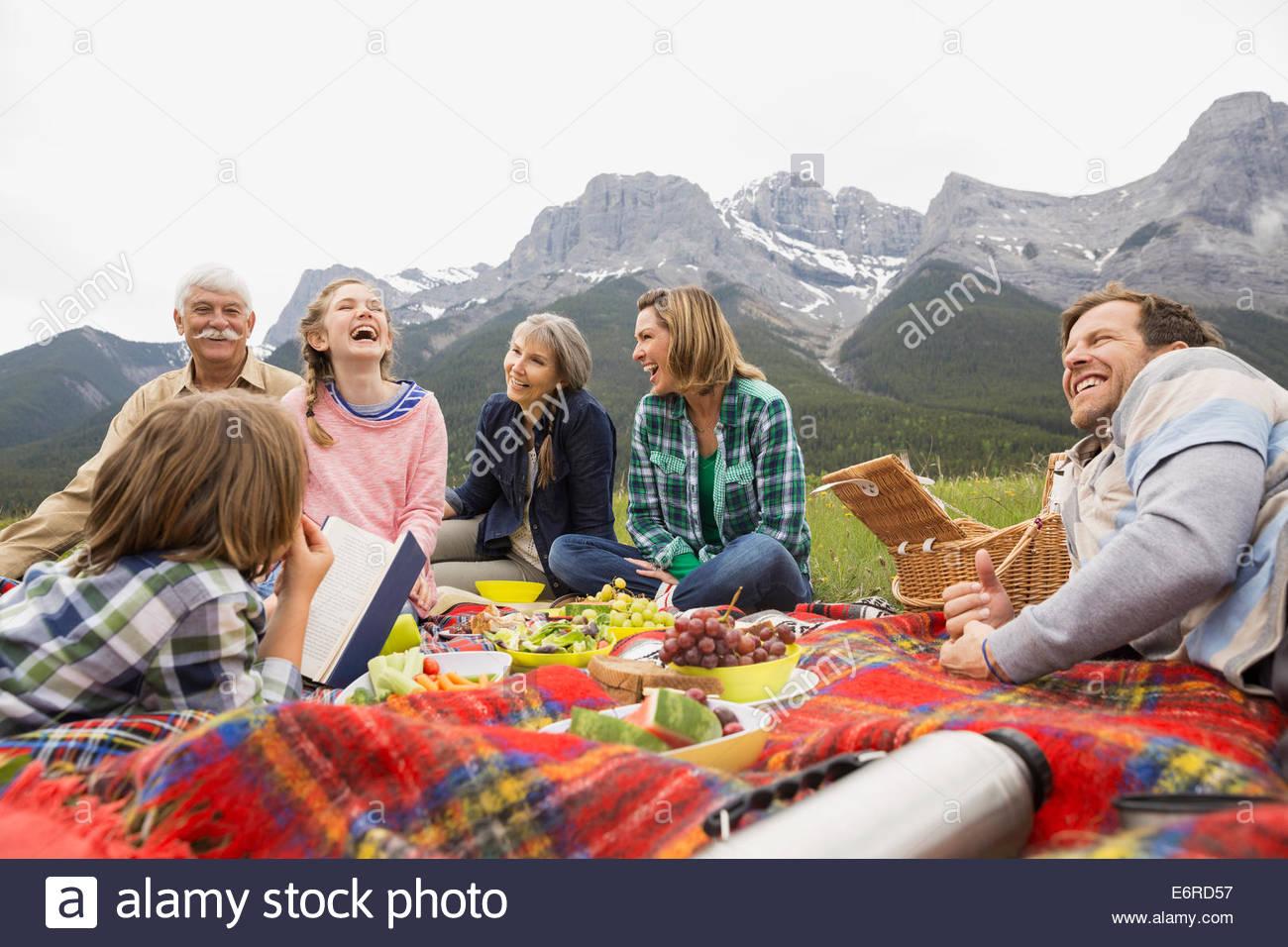Familie Picknick im ländlichen Bereich Stockbild