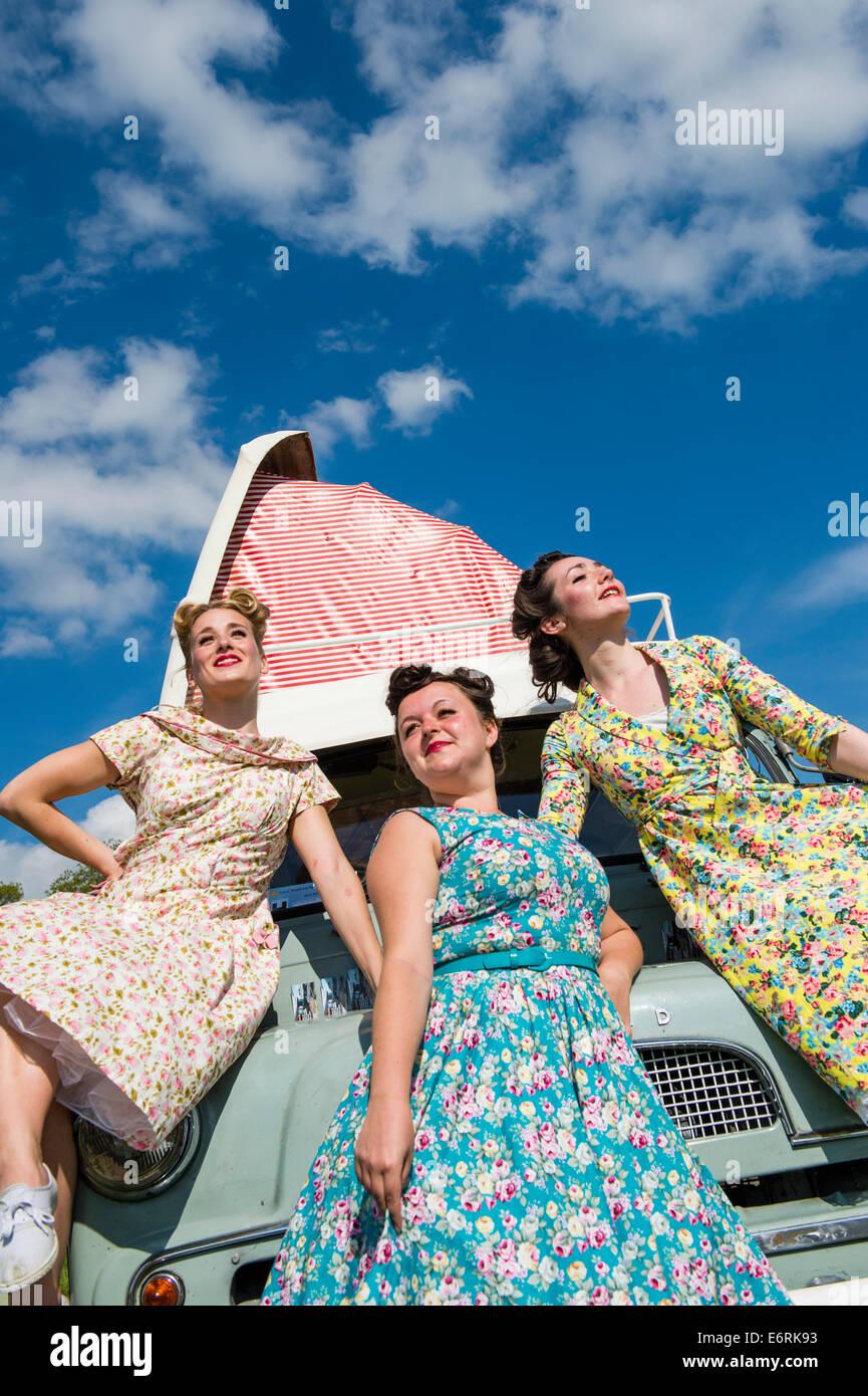 Drei Frauen Gekleidet In Retro 50er Jahre Amerikanische Hausfrau