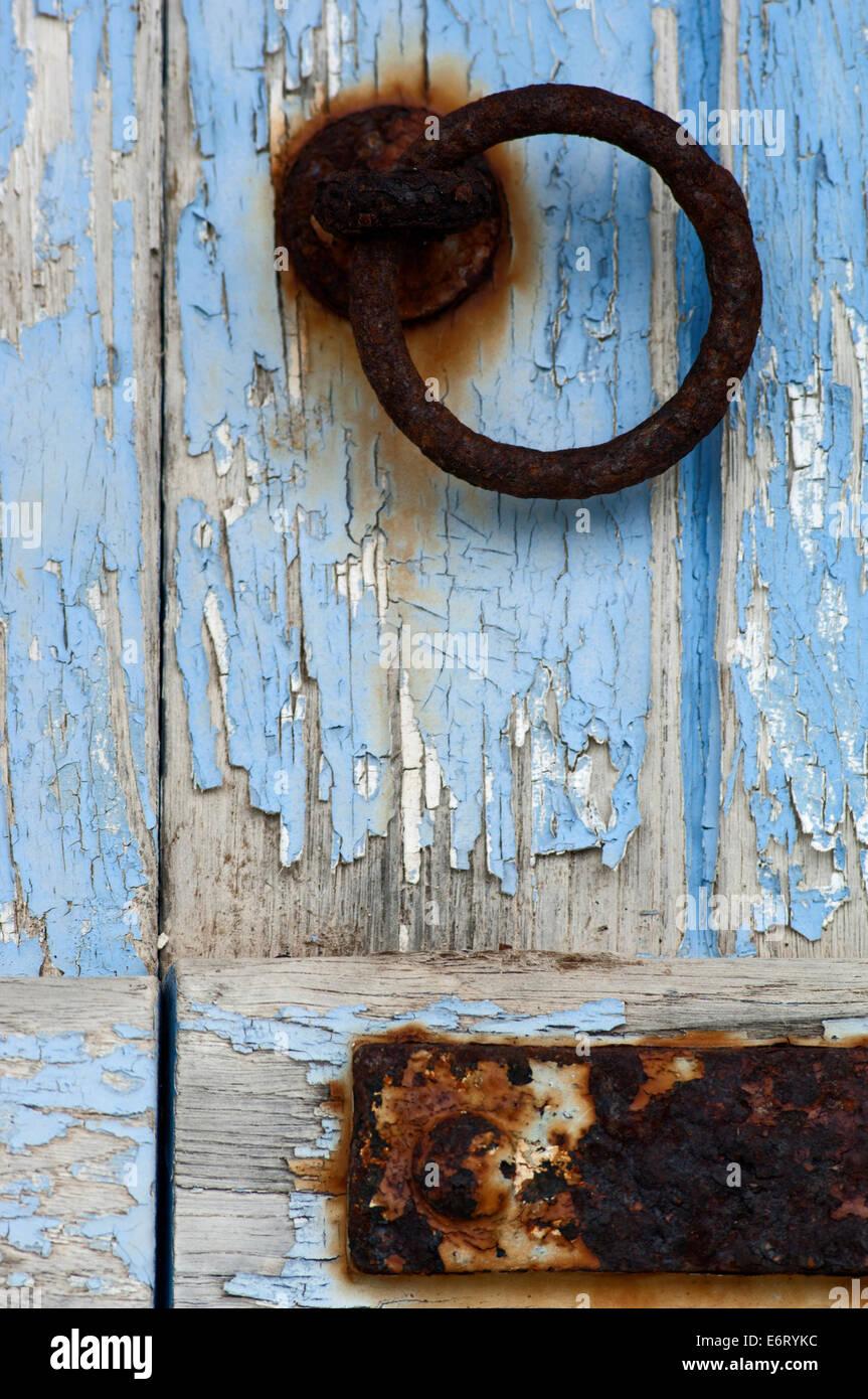 T?rklopfer ein Einer Verwitterten Blauen Holzt?r (Detail) Stockbild
