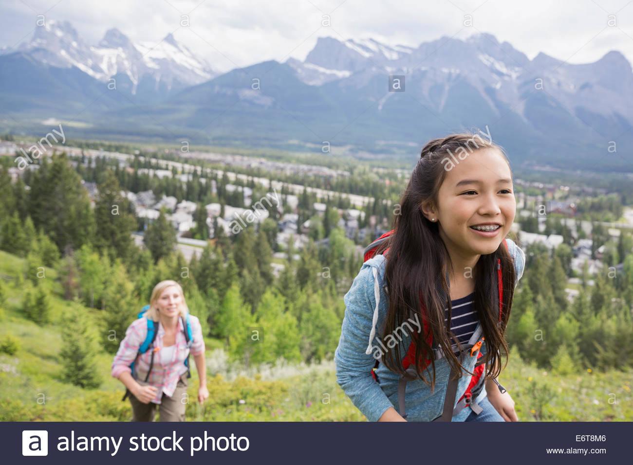 Mutter und Tochter auf ländlichen Hügel wandern Stockbild