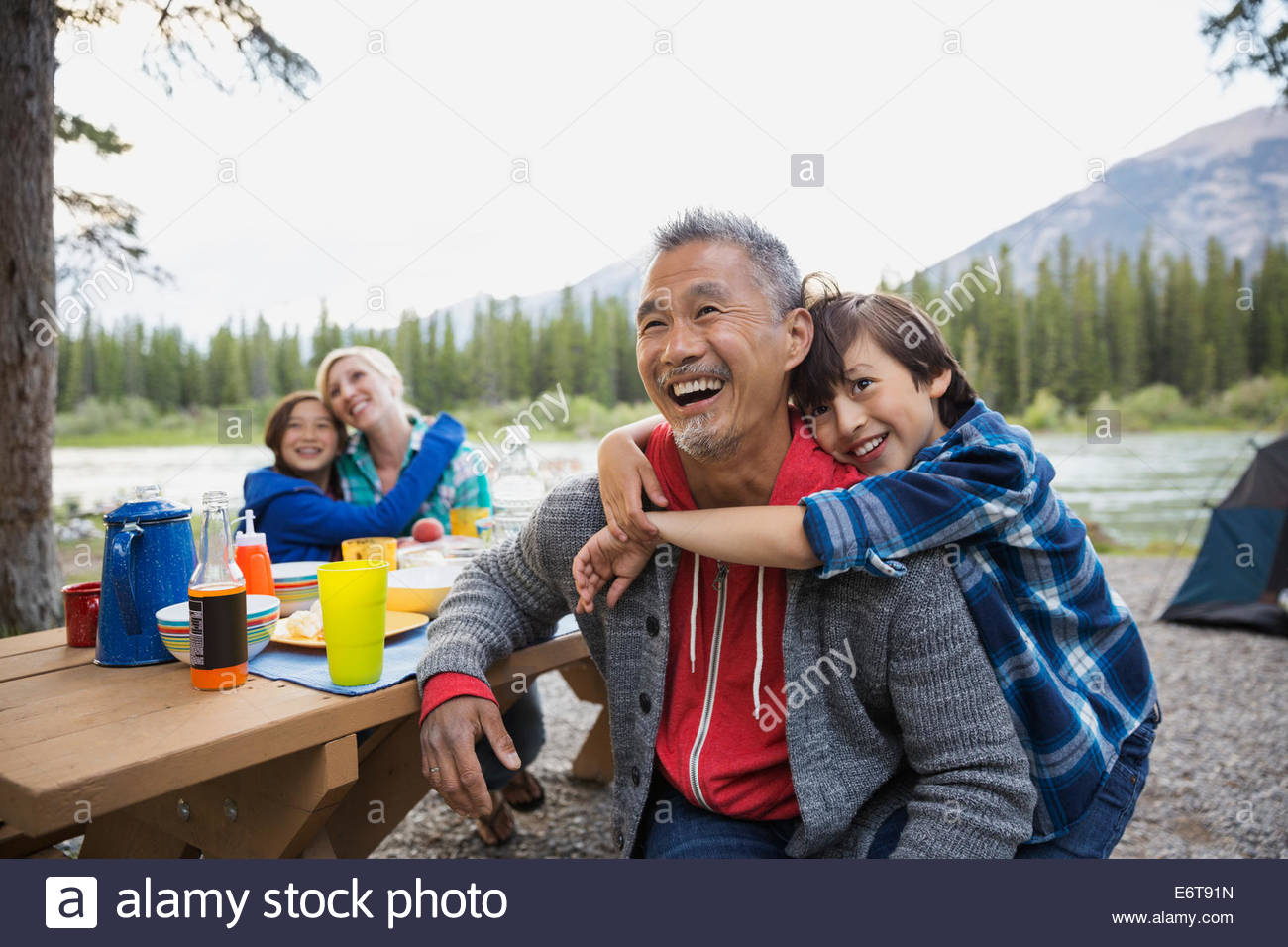 Familie entspannende zusammen auf Campingplatz Stockfoto