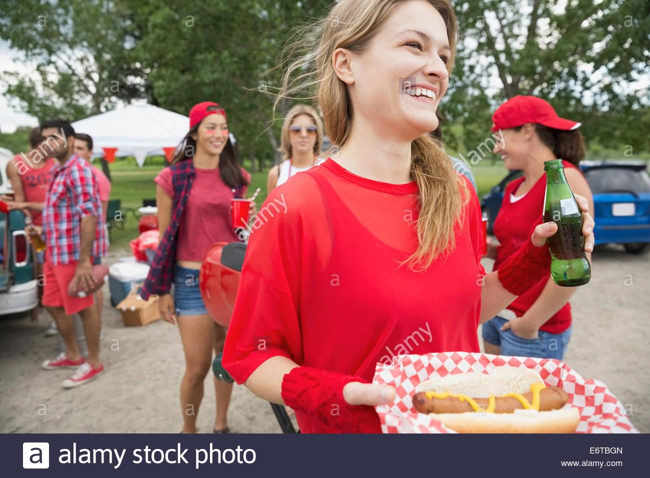 Frau Essen Hot Dog am Grill im Feld Stockbild