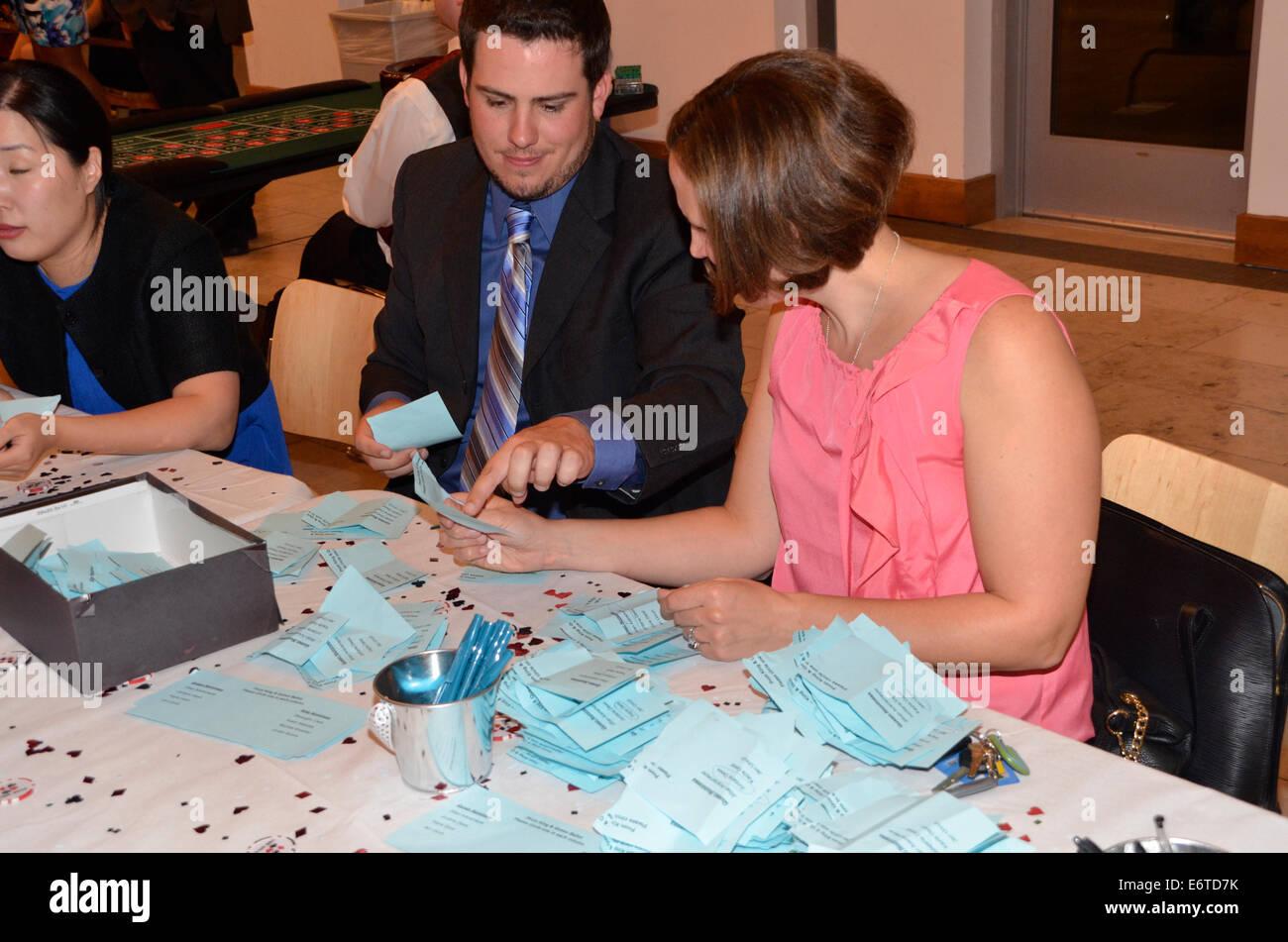 Lehrern zählen Stimmzettel bei der Wahl von der Heimkehr König und die Königin Stockbild