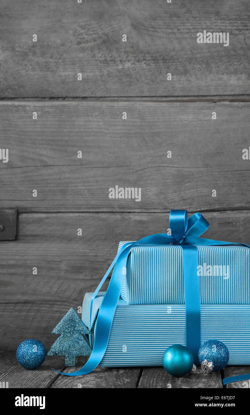 Hölzerne Grau Shabby Chic Weihnachten Hintergrund Mit Geschenken In Blau  Oder Türkis.