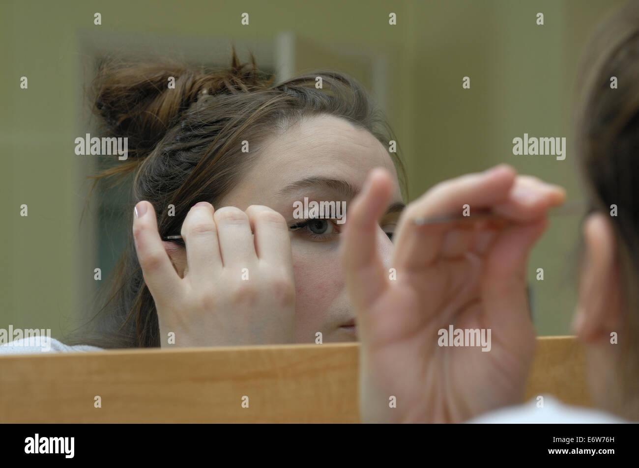 Reflexion im Spiegel der Frau Wimpern Schminken Stockbild