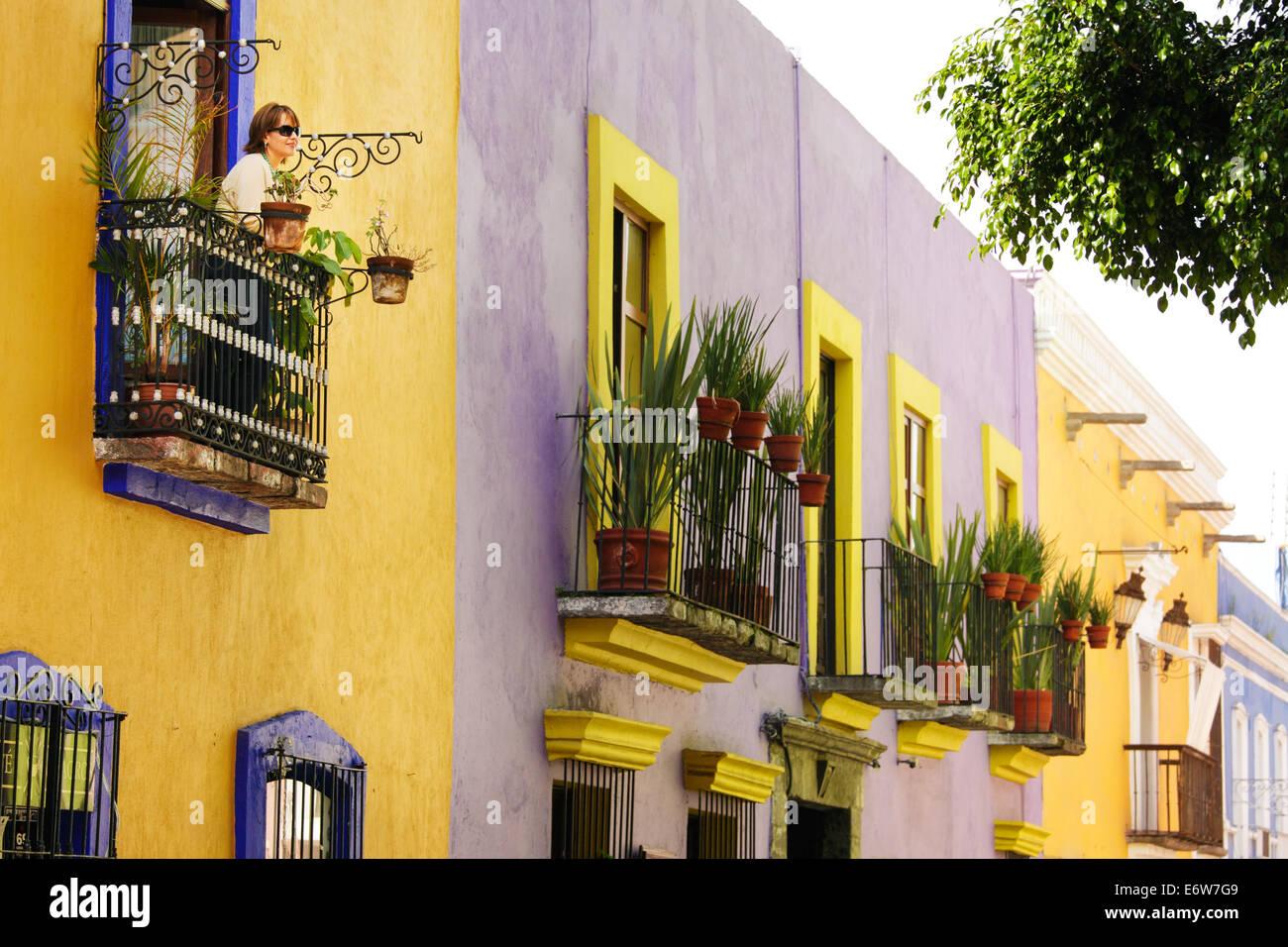 Ein Tourist sieht bei Callejon de Los Sapos, einem bunten Straße in Puebla, Mexiko. Stockbild