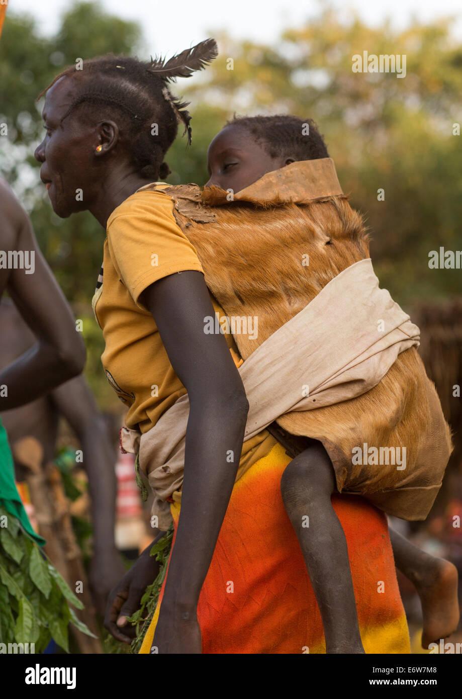 Majang Stamm Frau mit ihrem Baby, Kobown, Äthiopien Stockfoto