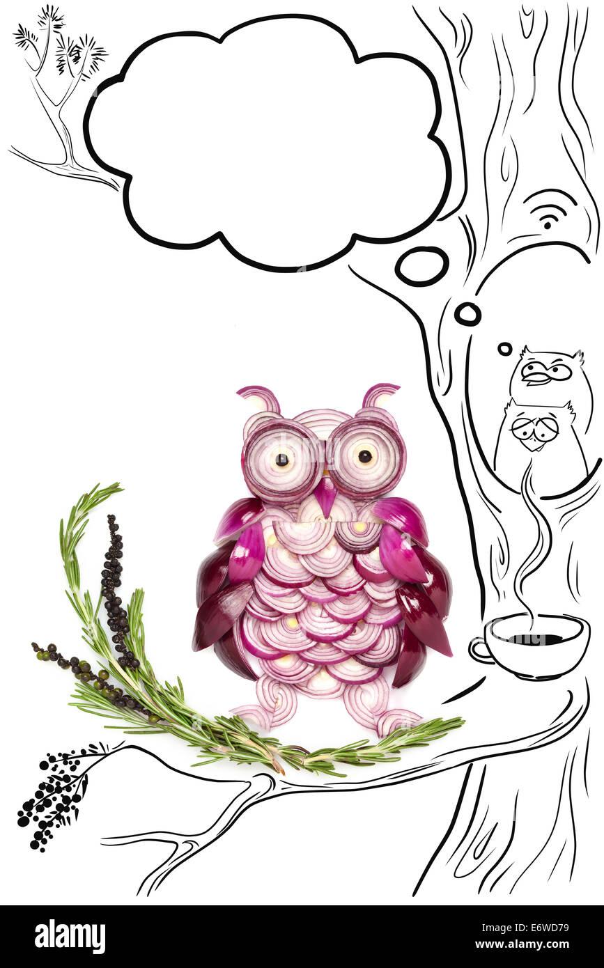 Essenskonzept lustige Eulen hergestellt aus Zwiebeln und eine Zeichnung von Kaffee und WLAN vor Ort. Stockbild