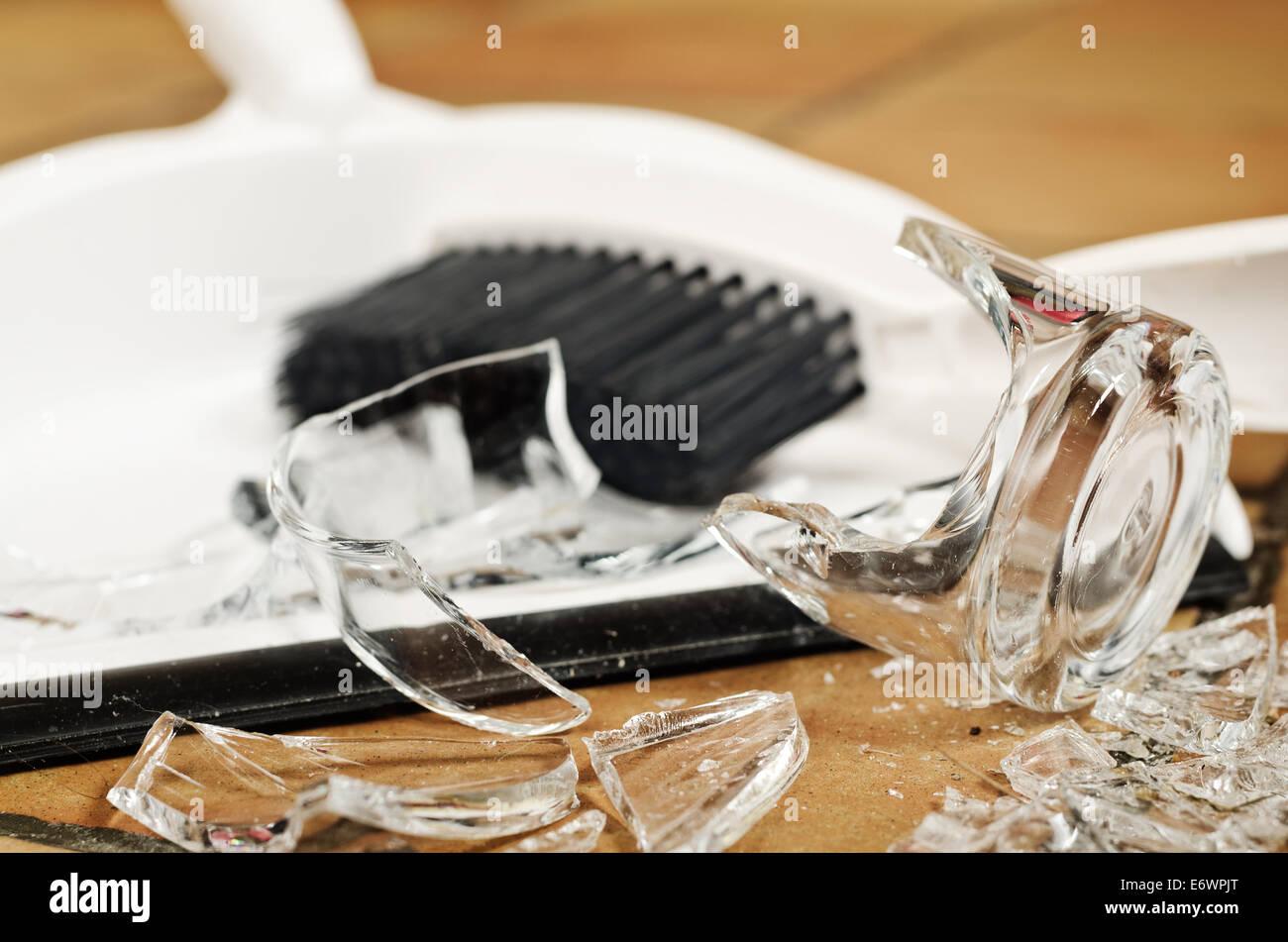 Reste Haufen Glasscherben am Boden nach Unfall und Glas aus nassen Händen gerutscht umgestoßen Stockbild