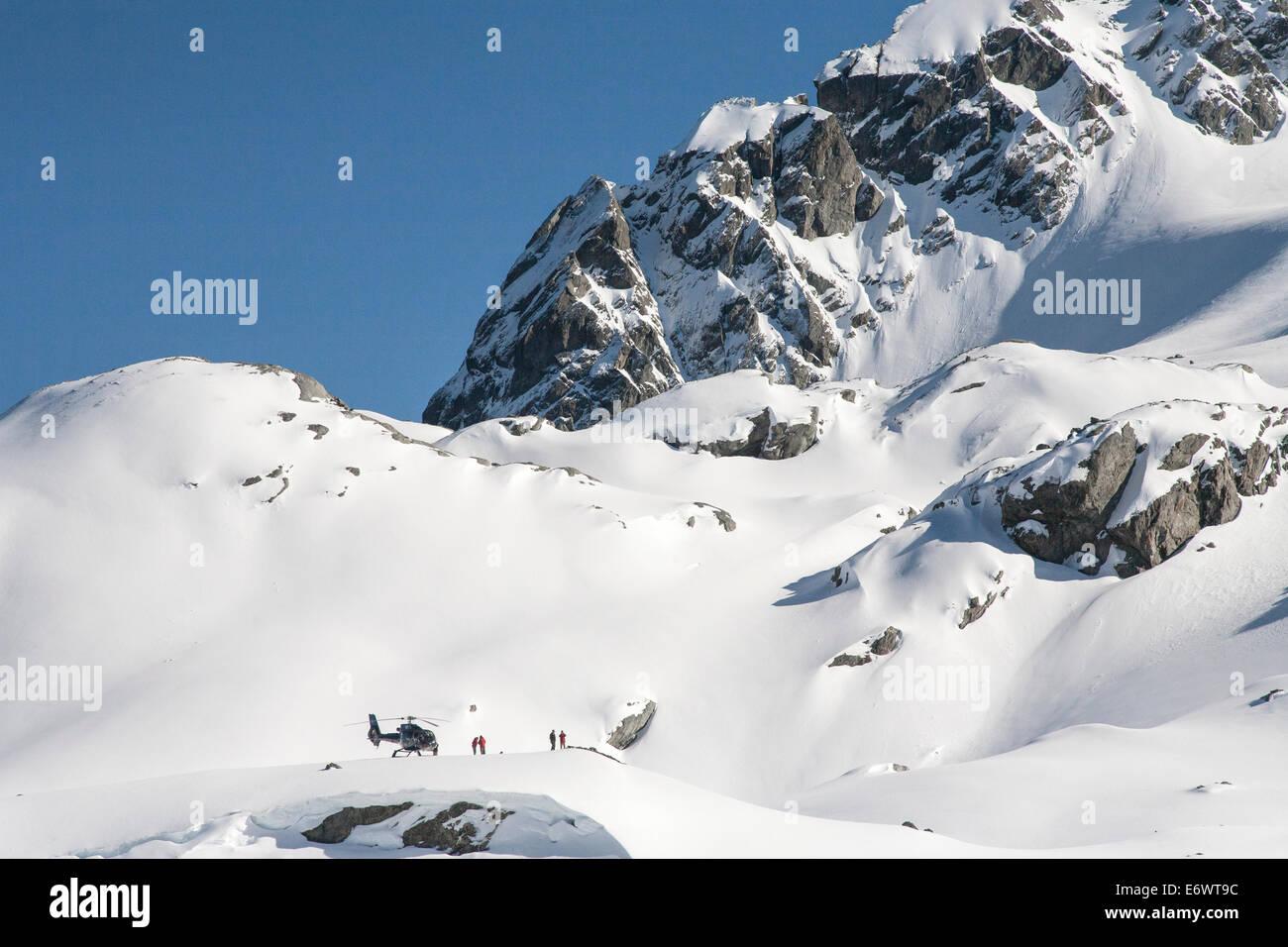 Hubschrauberlandeplätze auf des Berges Höhn mit Winter Sportler, Heliskiing, Südinsel, Neuseeland Stockbild
