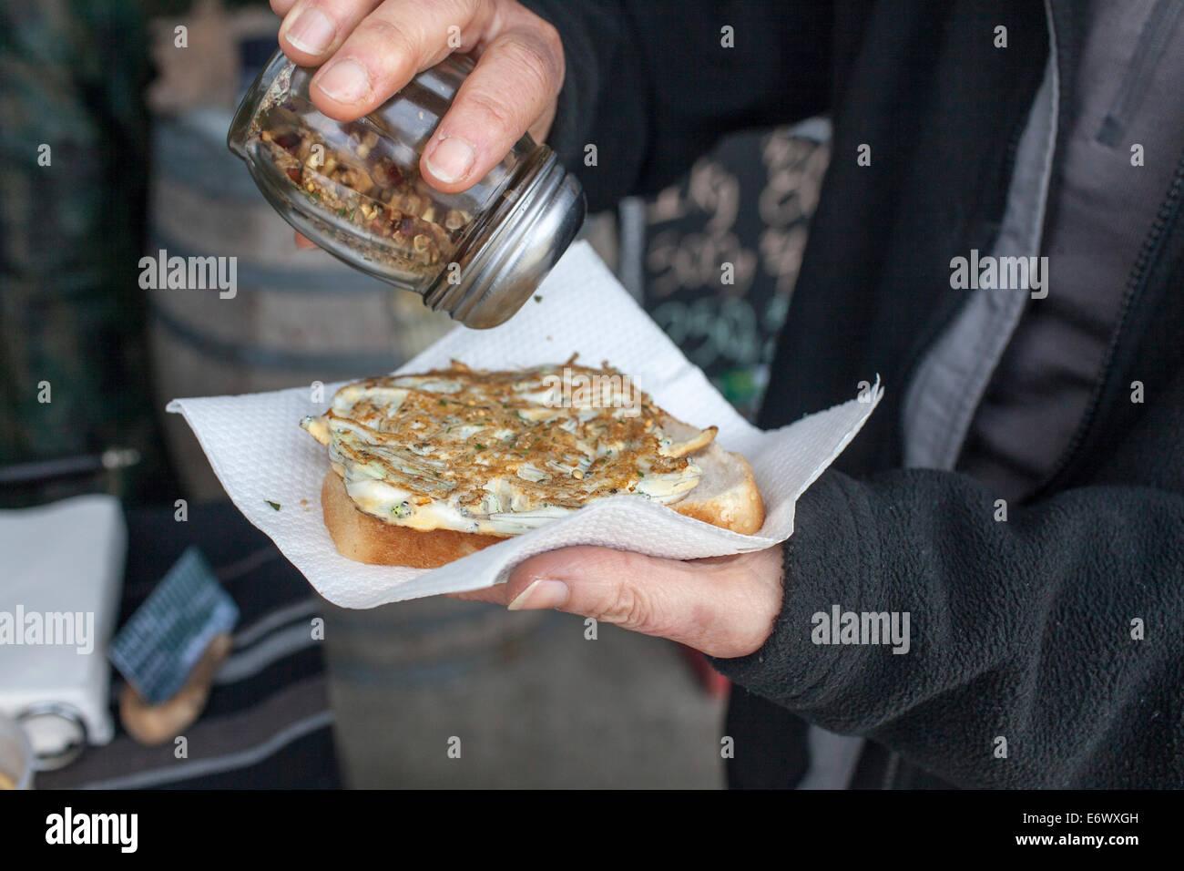 Sardellen-Omelett, Pattie, kleine Fische im Omelett gebacken und serviert auf Weißbrot, West Coast, Südinsel, Stockbild