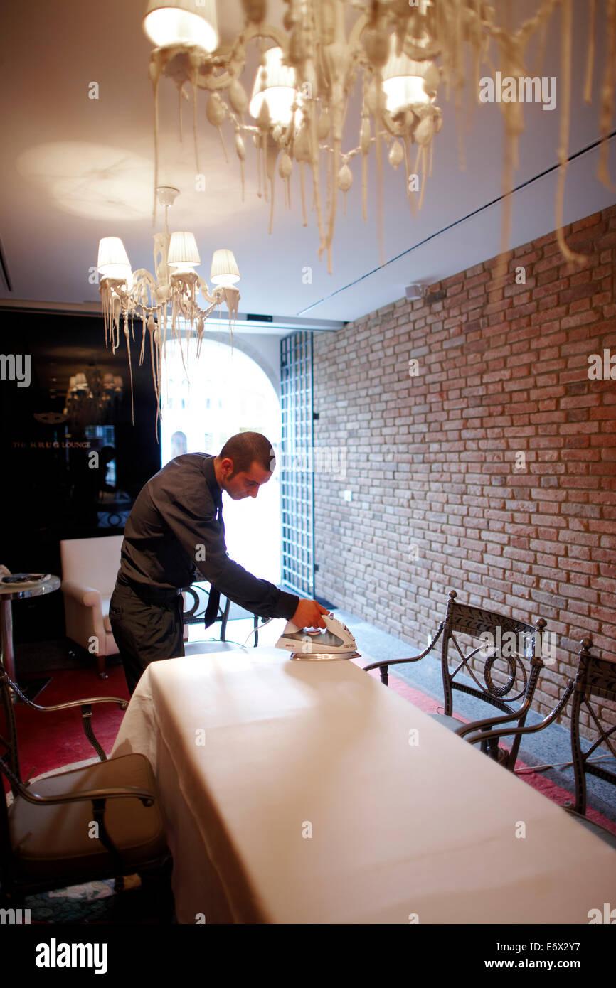 Bügeln die Tischdecke im Krug Lounge, Hotel Palazzina Grassi, Design Philippe Starck, Sestriere San Marco 3247 Stockbild
