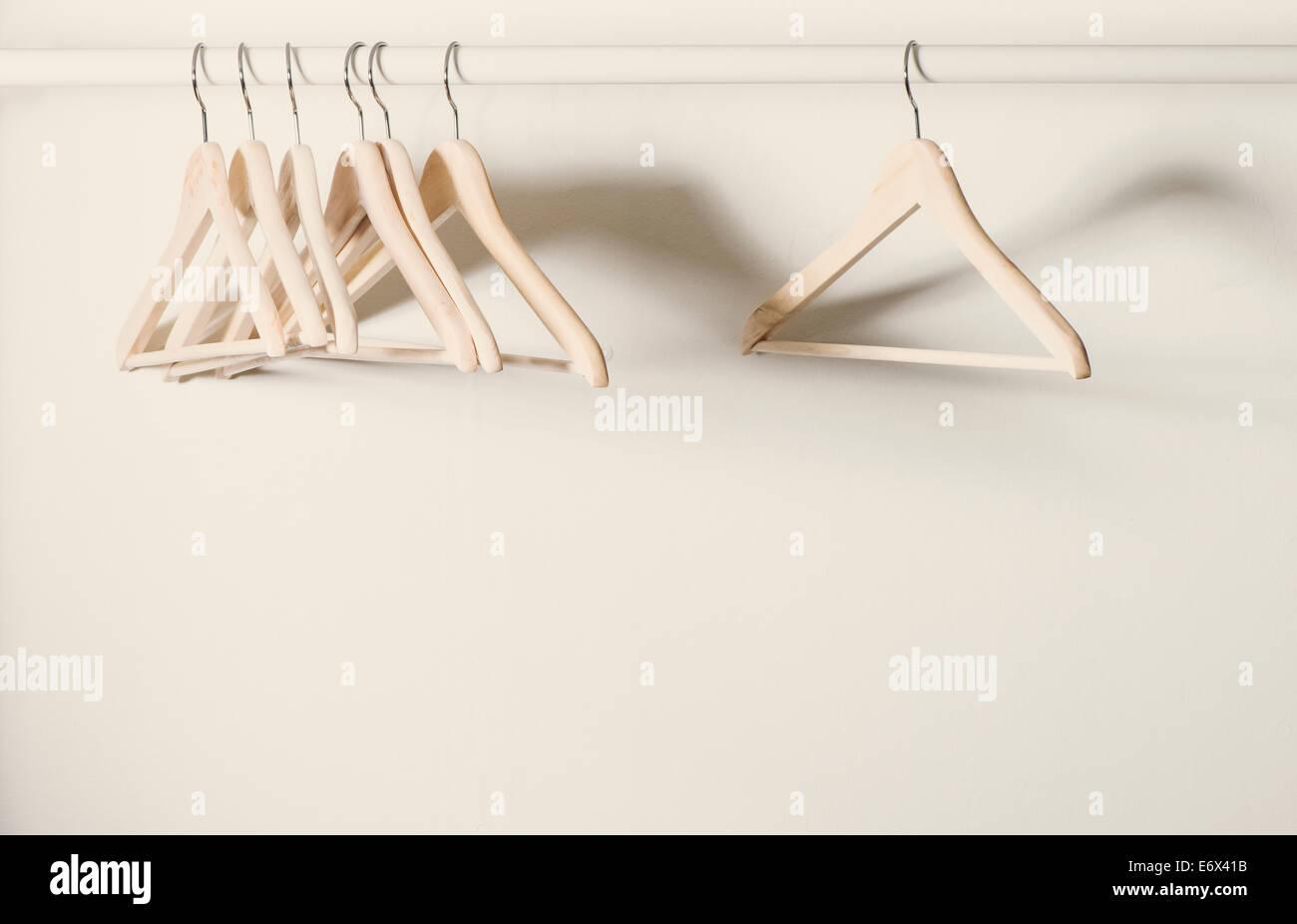 Leere Kleiderbügel auf einem Kleiderständer in verlassenen Garderobe Stockbild