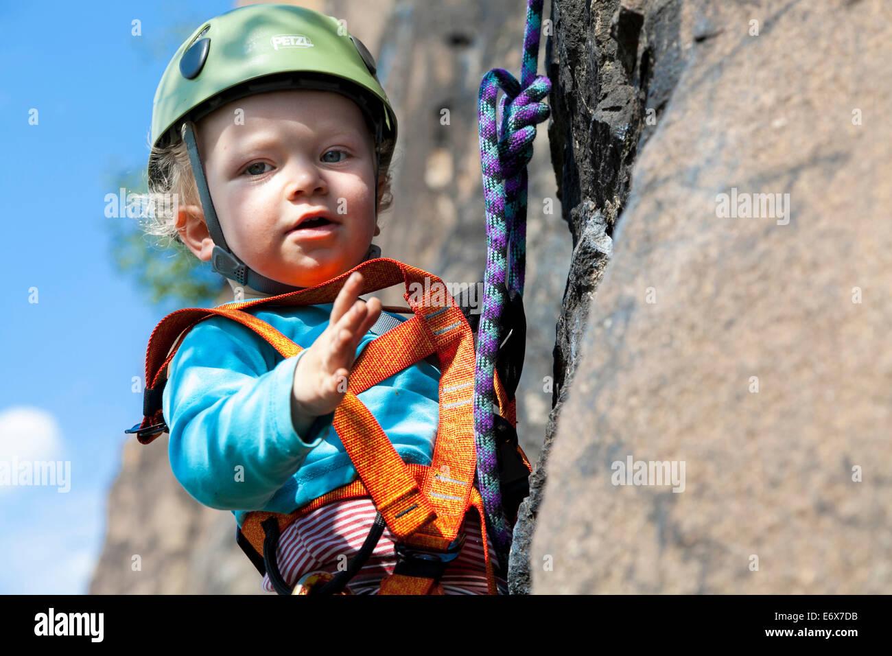 Kletterausrüstung In Der Nähe : Junge 2 jahre klettern in einem steinbruch der nähe von leipzig