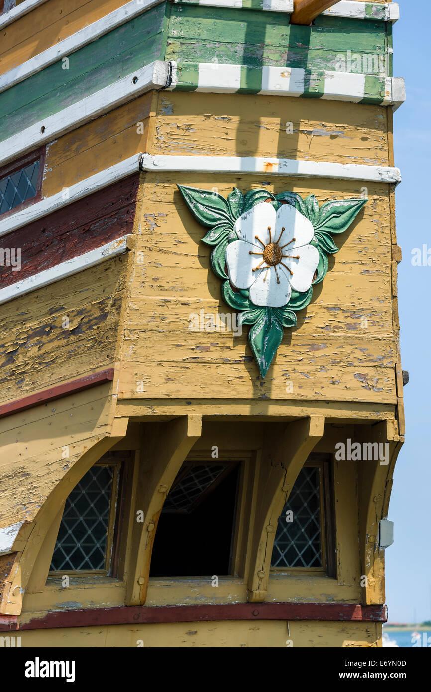 Eine geschnitzte Blossom von Hawthorne oder Englisch Mayflower geschnitzt auf dem Heck des Mayflower II im Hafen Stockfoto