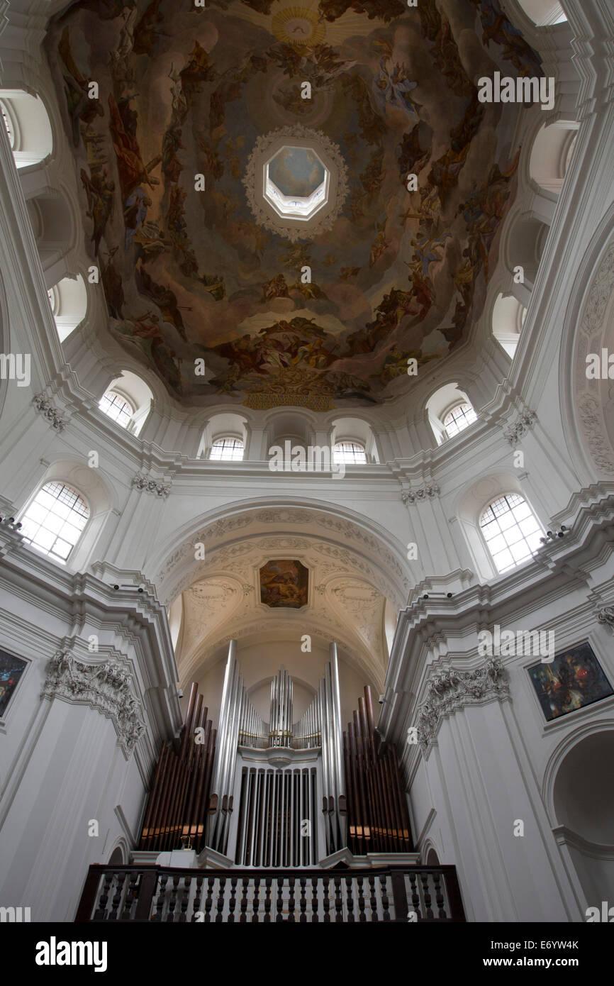 Deutschland, Würzburg, Neumünster Kirche, erbaut im 11. Jahrhundert, Orgel (siehe unten), Kuppel Wandmalereien Stockbild