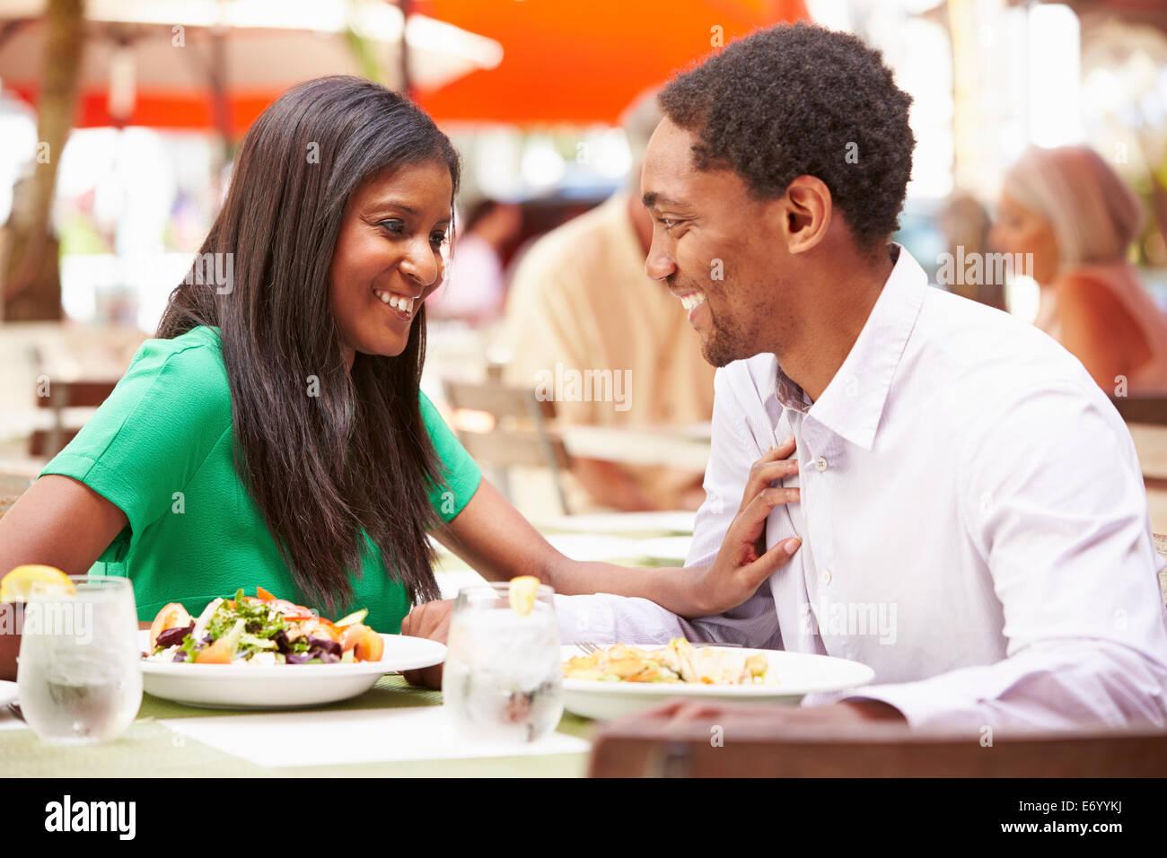 Paar genießt Mittagessen im Restaurant unter freiem Himmel Stockbild