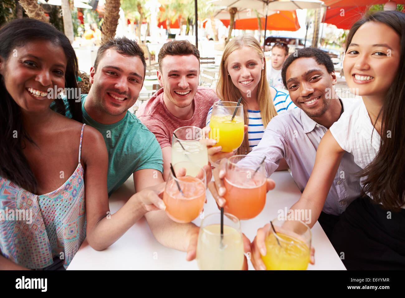 Gruppe von Freunden genießen Sie Getränke im Restaurant unter freiem Himmel Stockbild